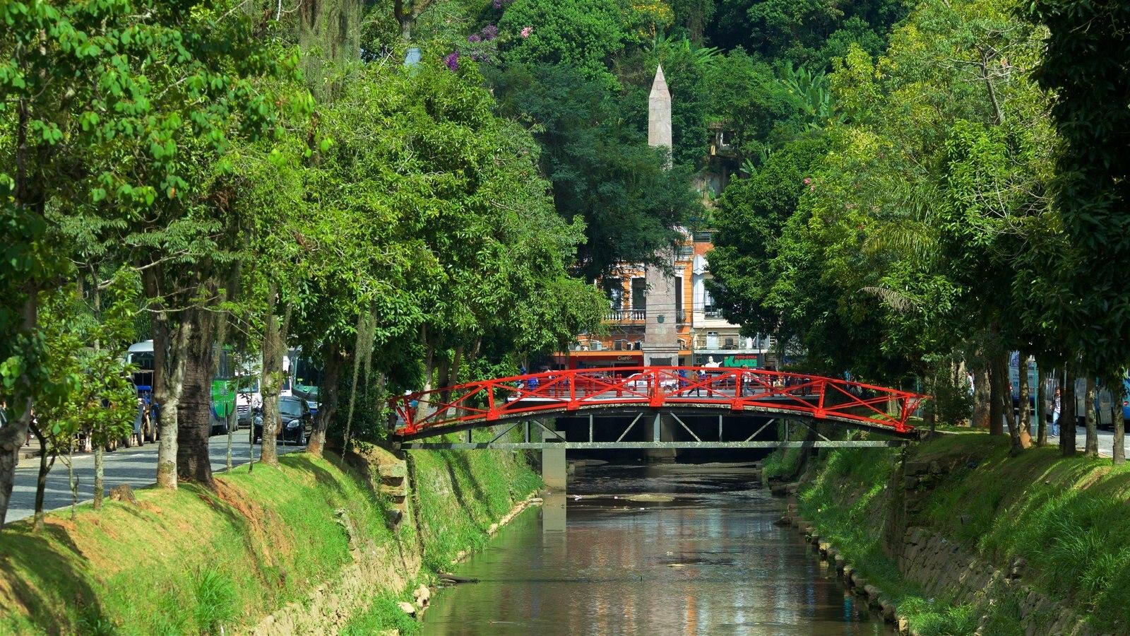 Petrópolis caracterizando um rio ou córrego e uma ponte