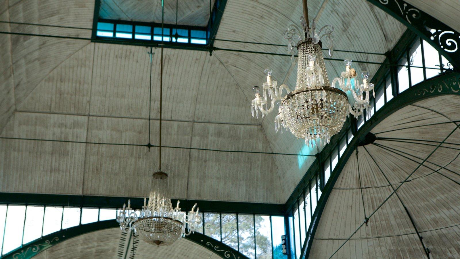 Palácio de Cristal mostrando vistas internas e elementos de patrimônio