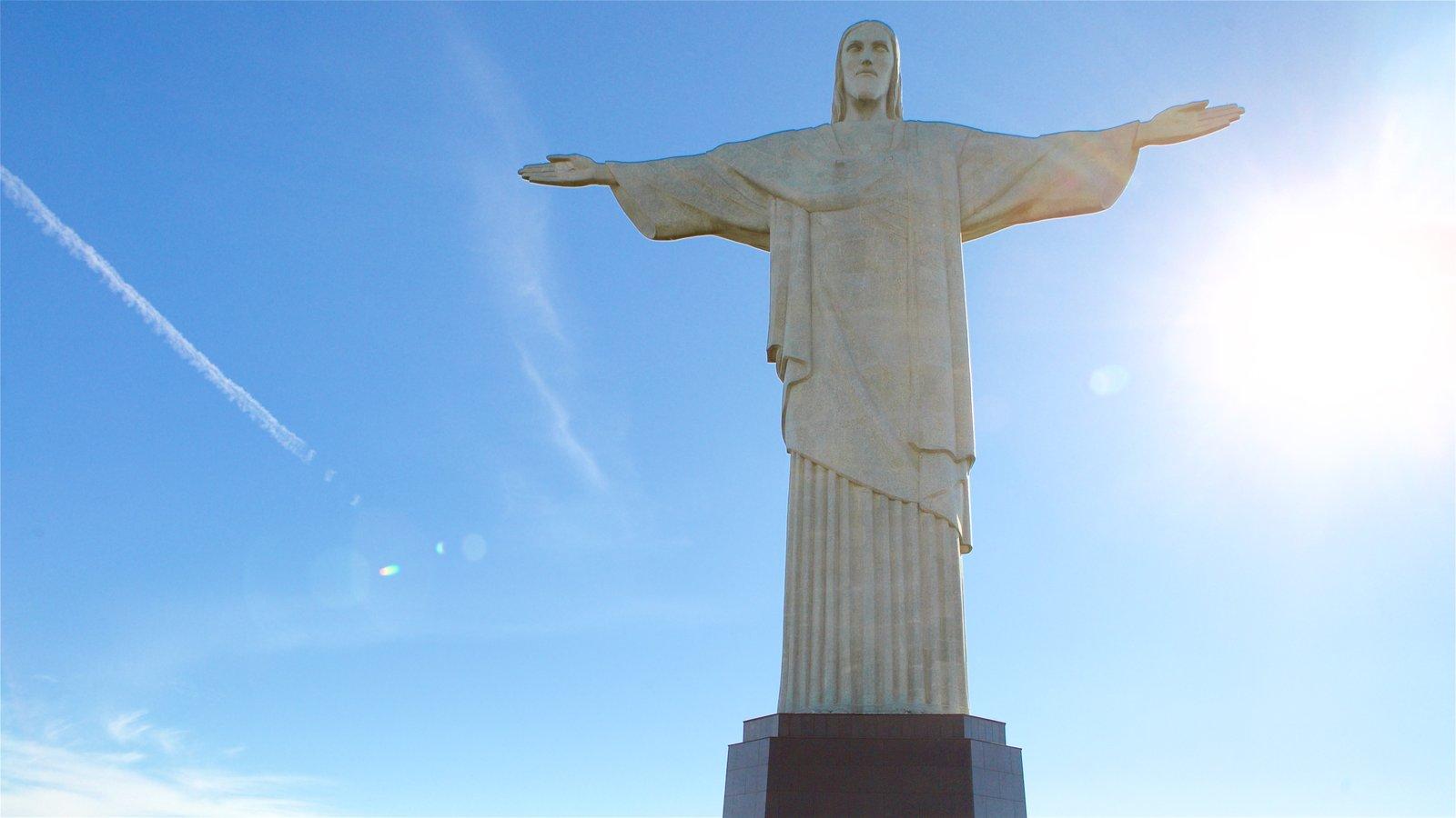 Corcovado mostrando um monumento e uma estátua ou escultura