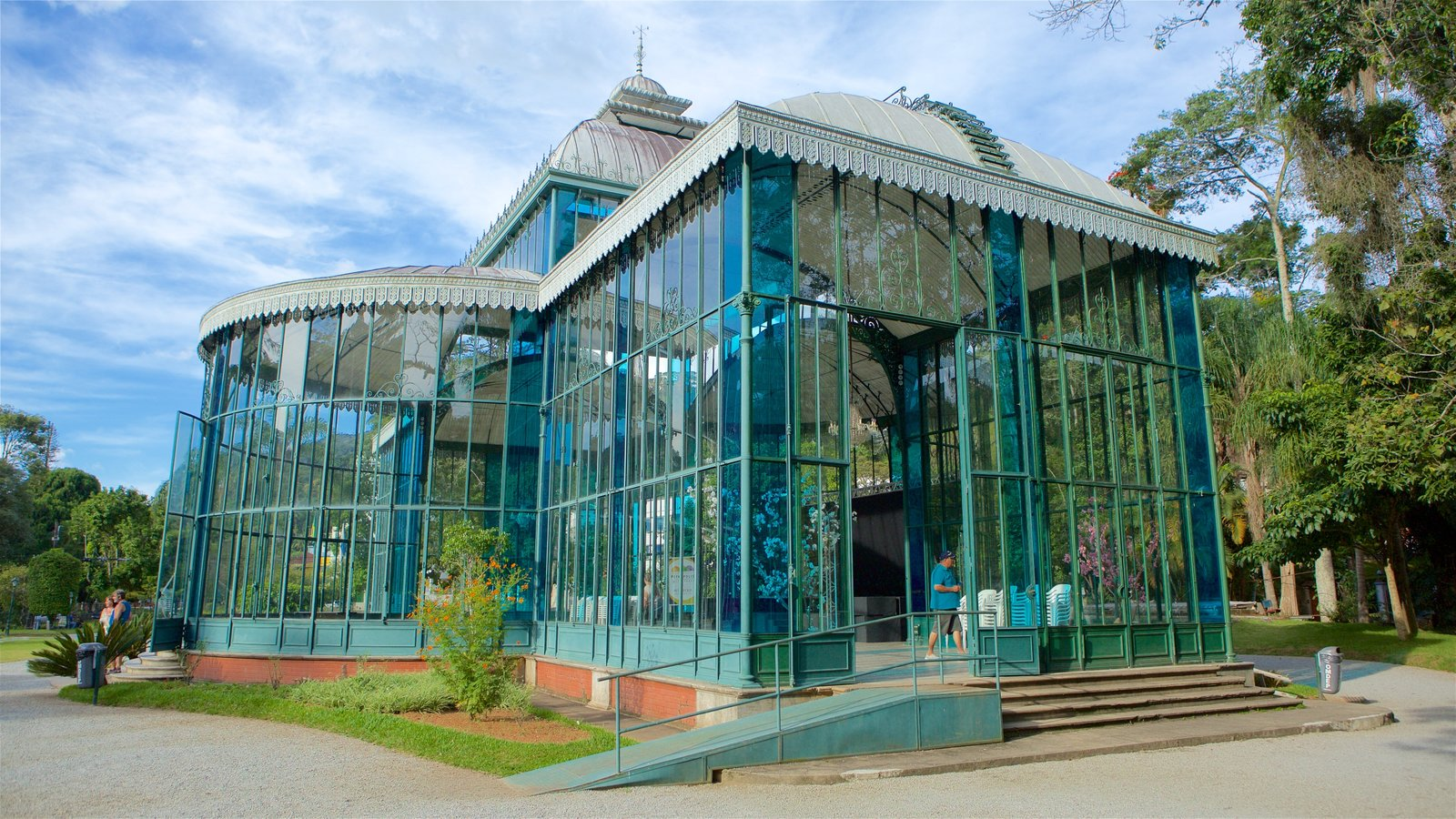 Palácio de Cristal caracterizando arquitetura moderna e um jardim
