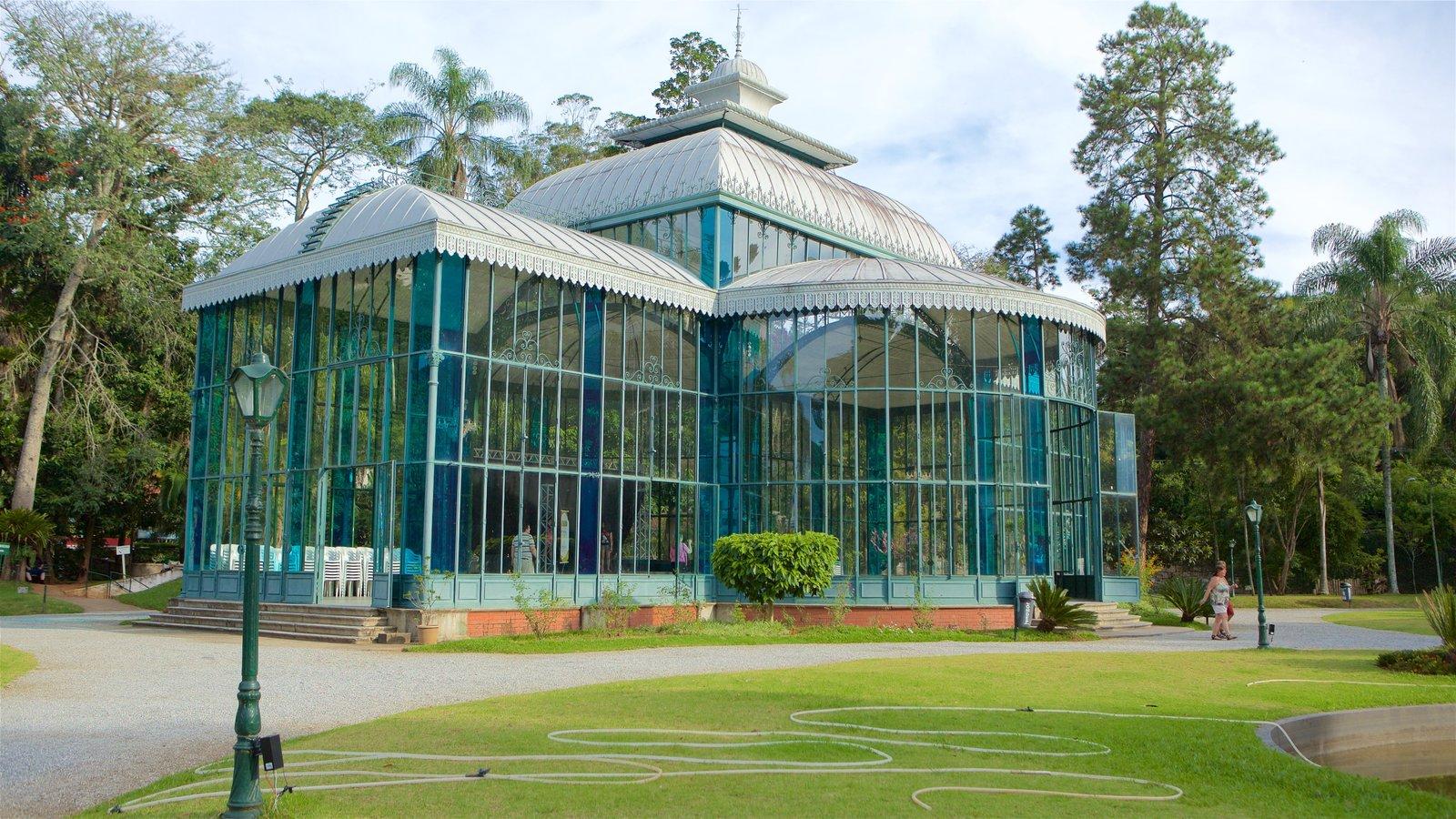 Palácio de Cristal que inclui arquitetura moderna e um parque