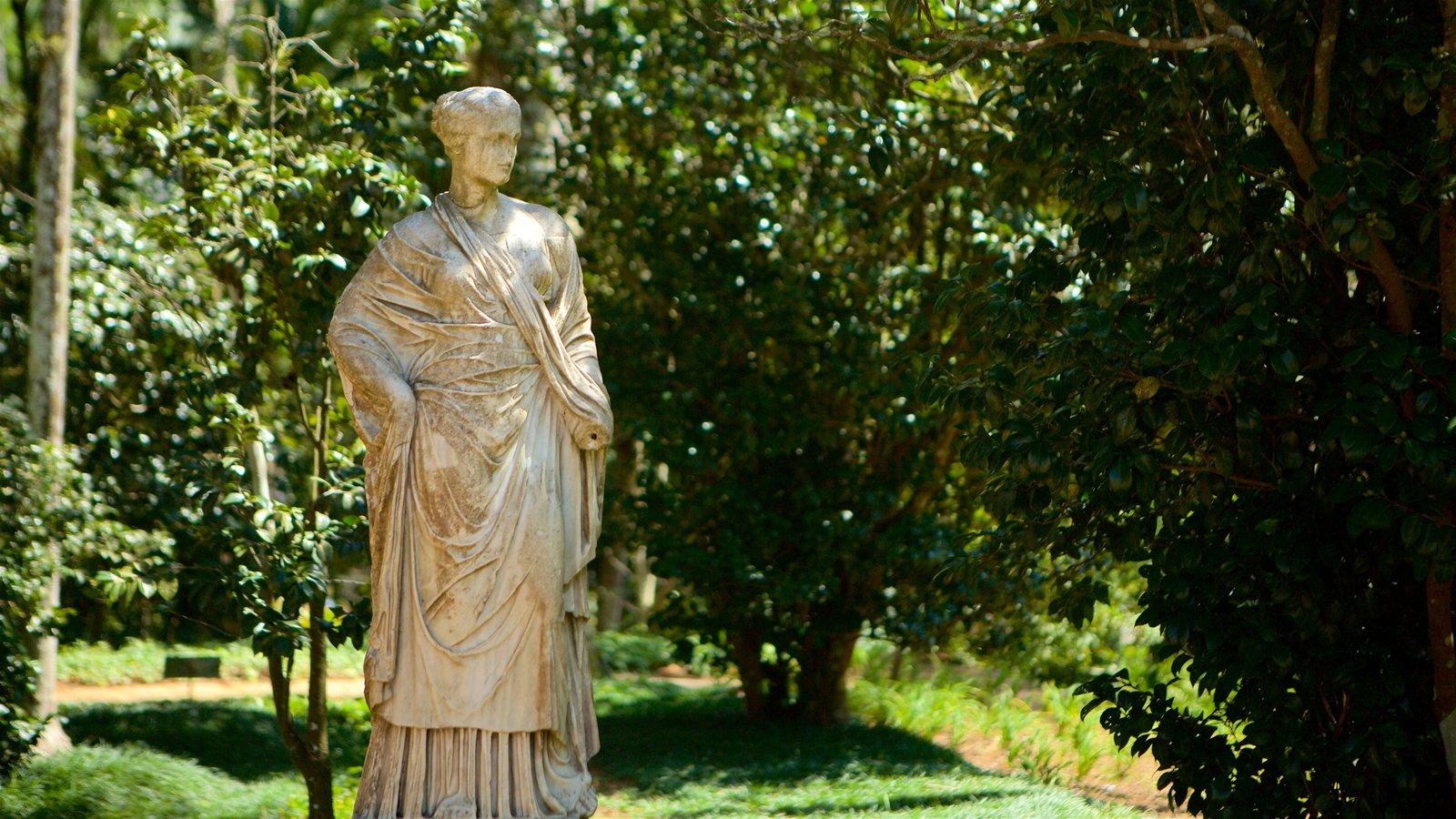 Museu Imperial que inclui uma estátua ou escultura e um parque