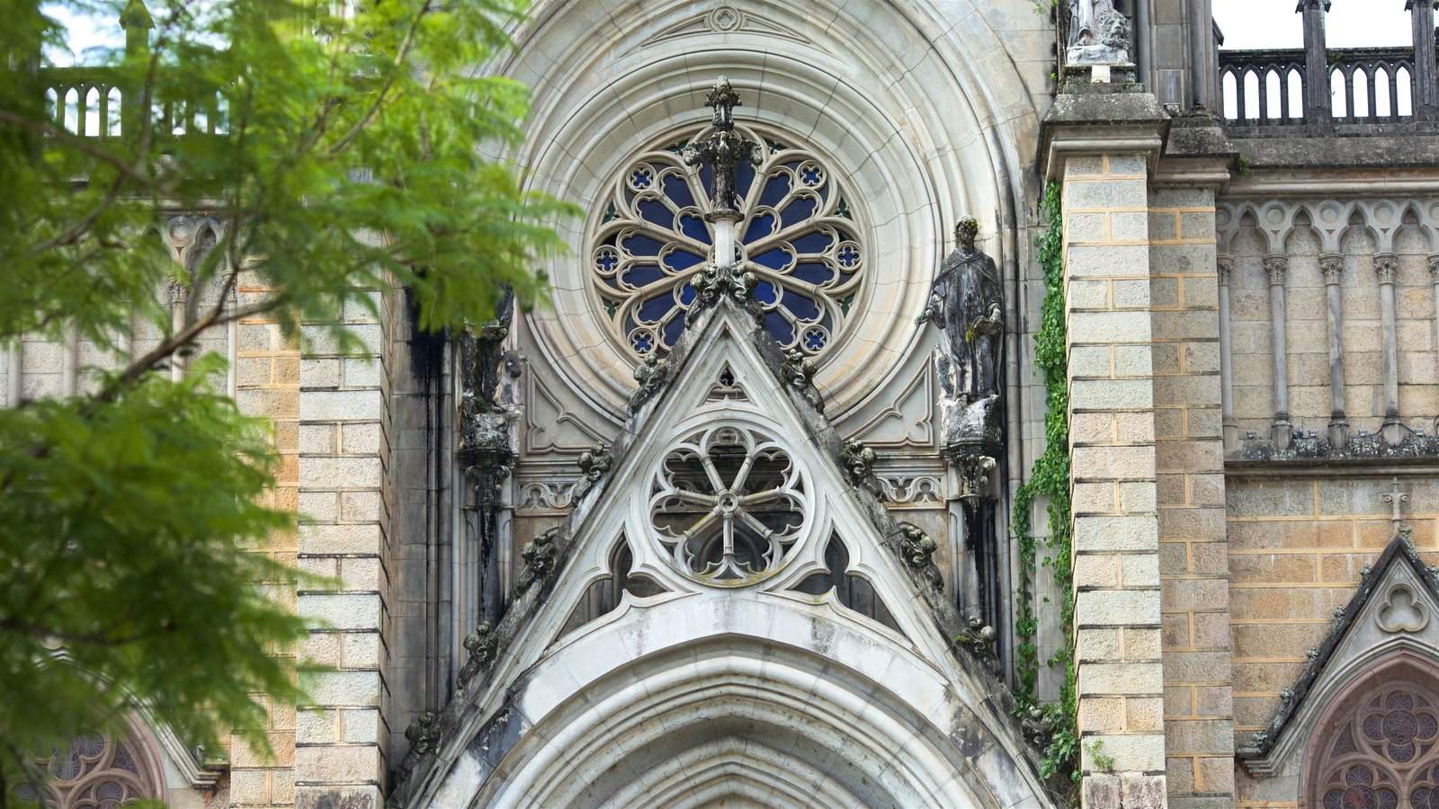 Catedral de São Pedro de Alcântara caracterizando elementos de patrimônio e uma igreja ou catedral