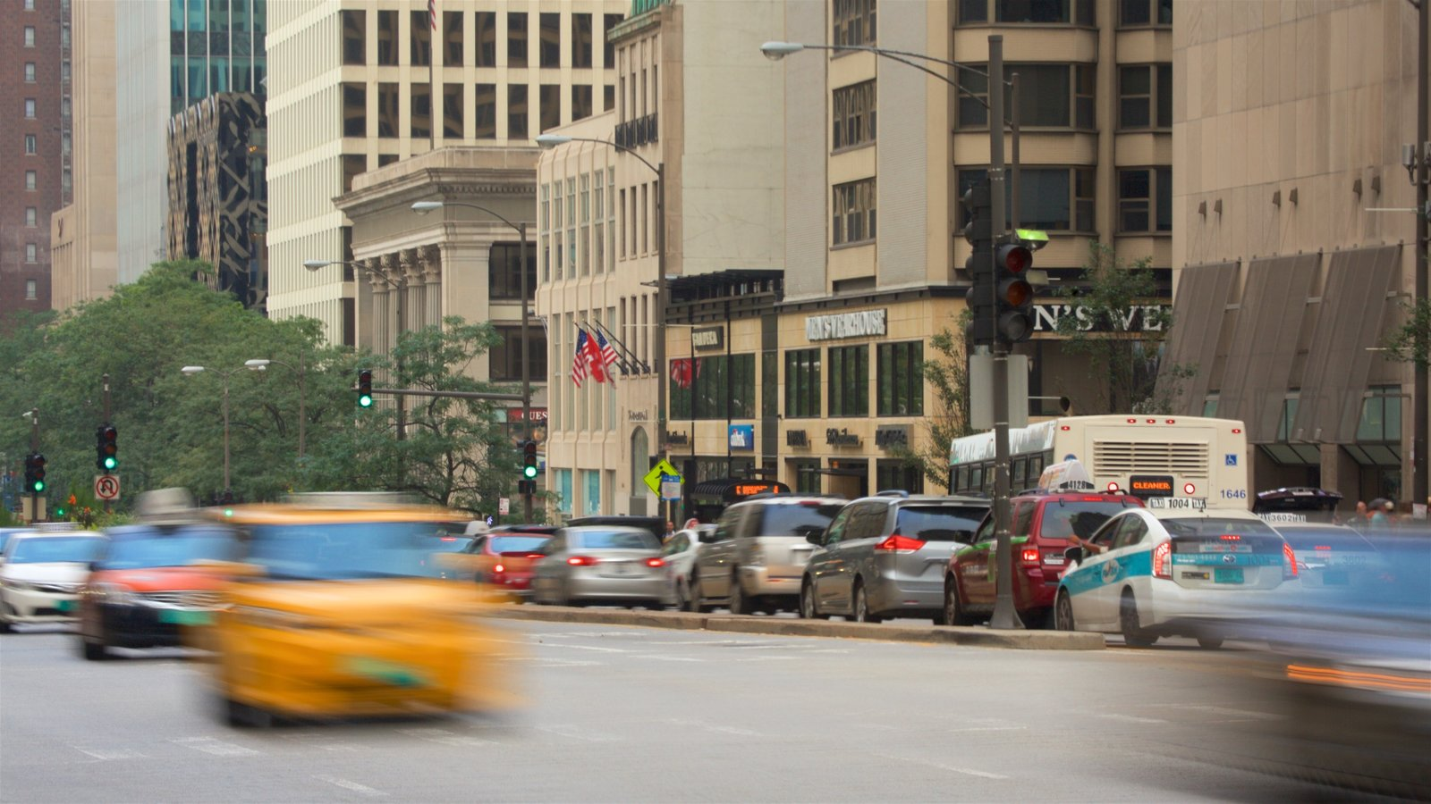 Magnificent Mile - River North showing central business district, a city and street scenes