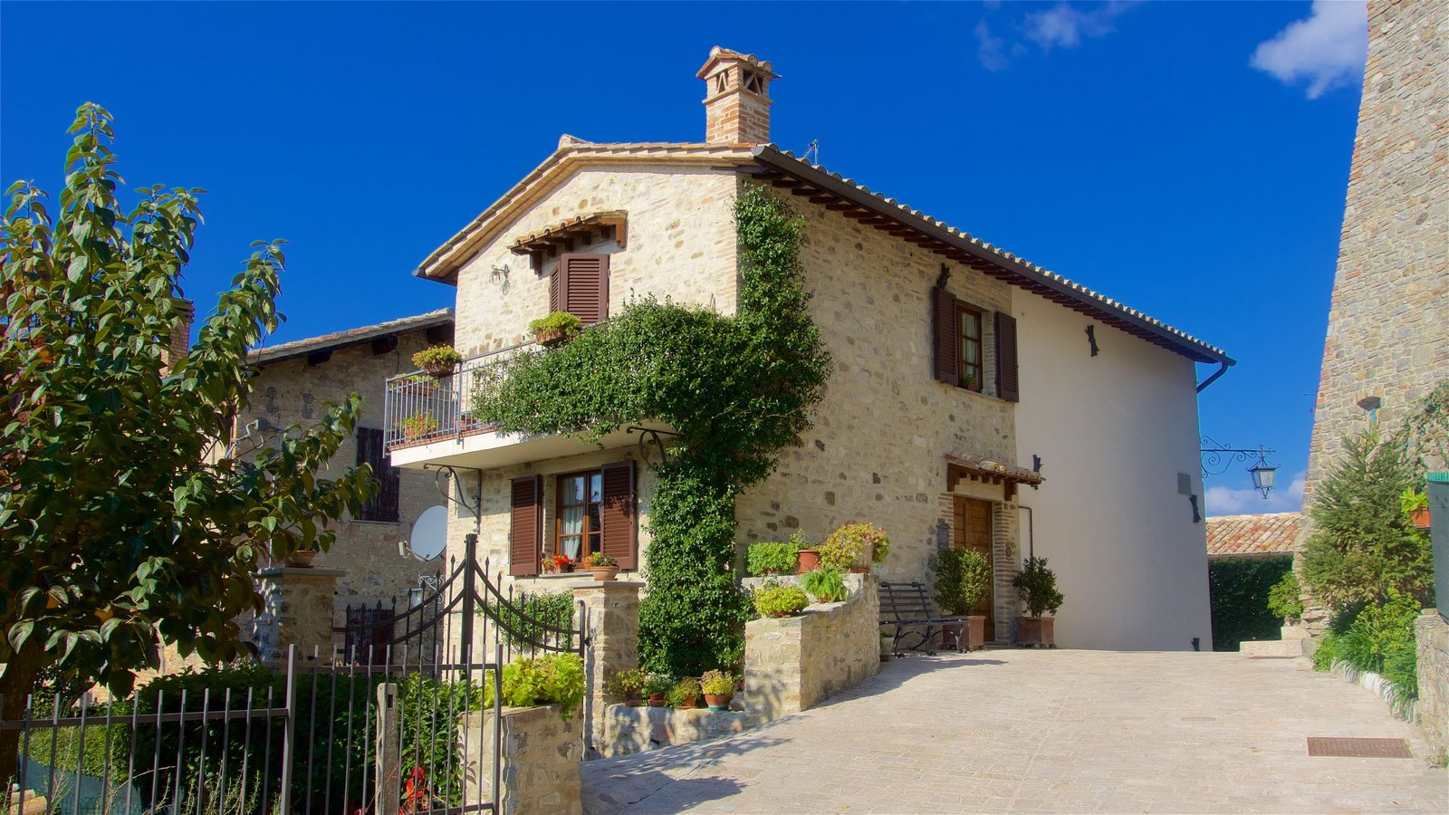Montone showing a house