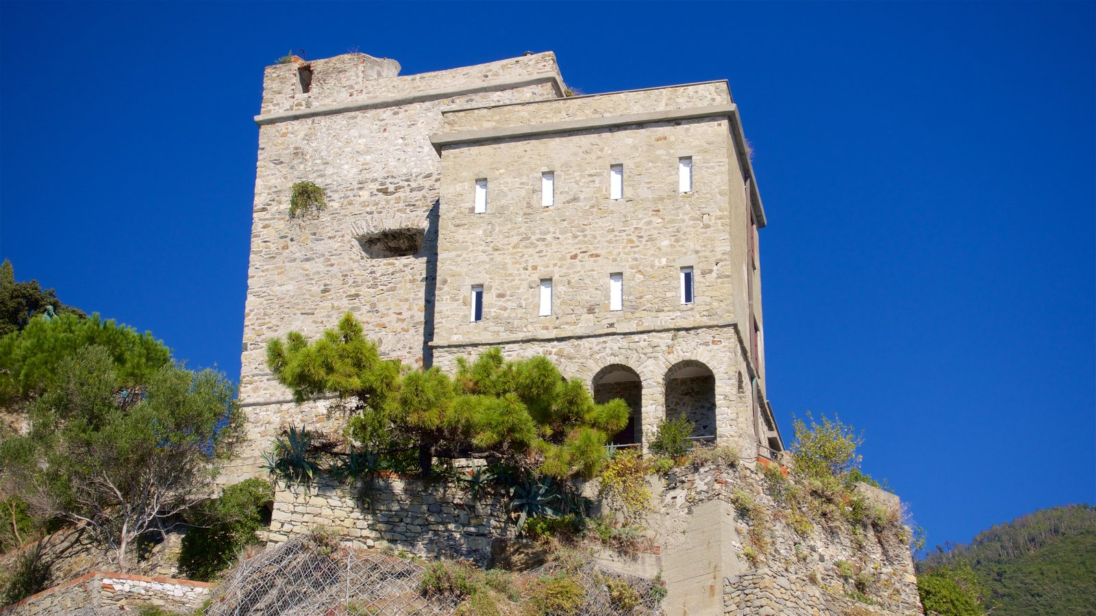 Monterosso al Mare which includes chateau or palace
