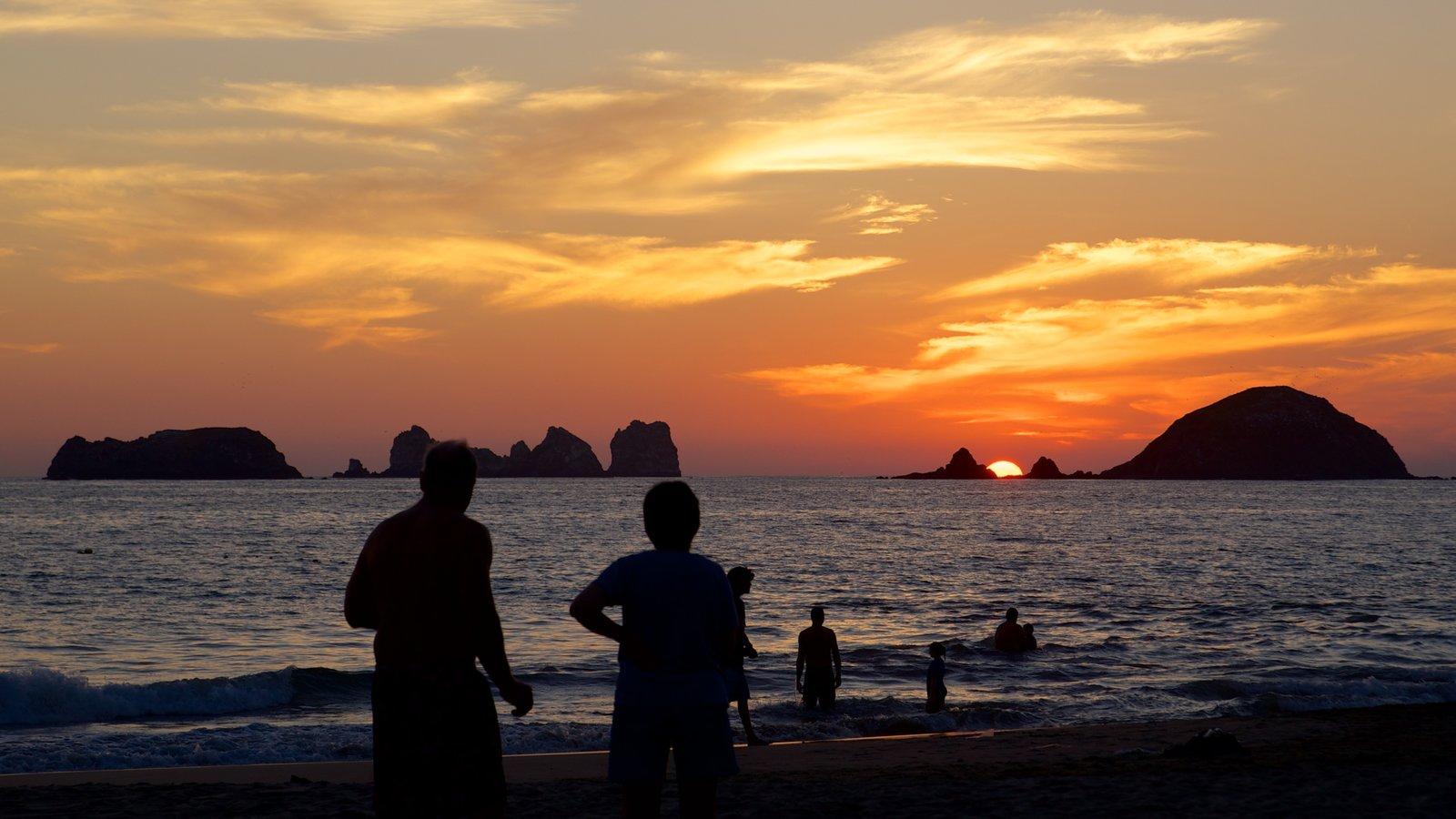 México mostrando una puesta de sol, natación y costa rocosa