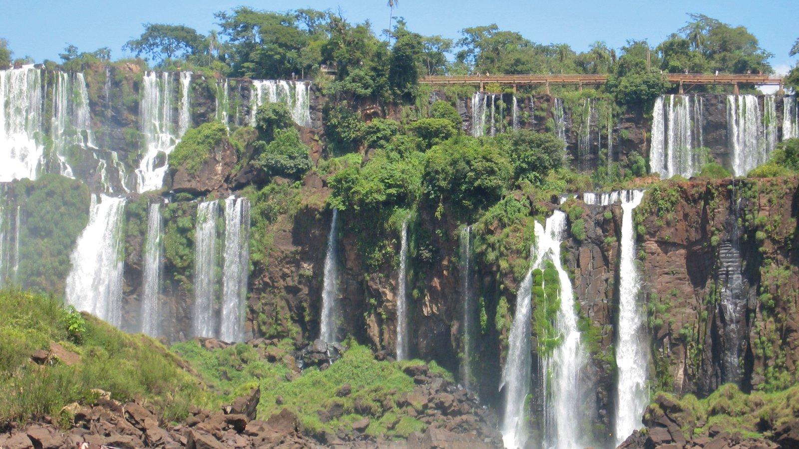 Região Sul mostrando floresta tropical e uma cascata