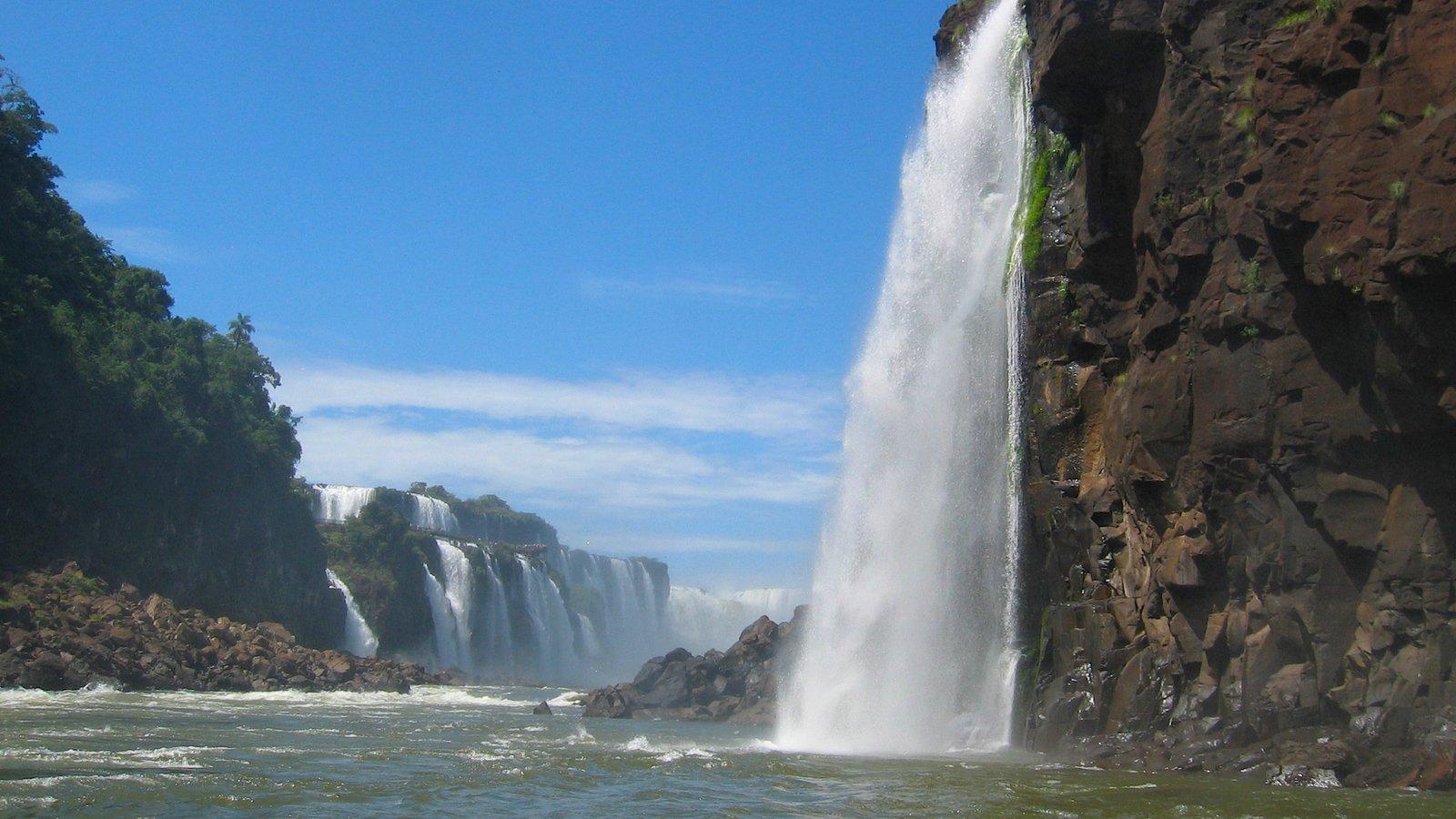 Região Sul mostrando floresta tropical, um rio ou córrego e uma cascata