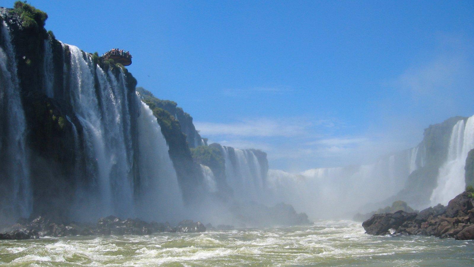 Região Sul mostrando uma cascata e um rio ou córrego