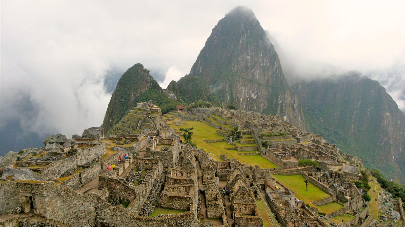 Huayna Picchu que inclui elementos de patrimônio, neblina e ruínas de edifício
