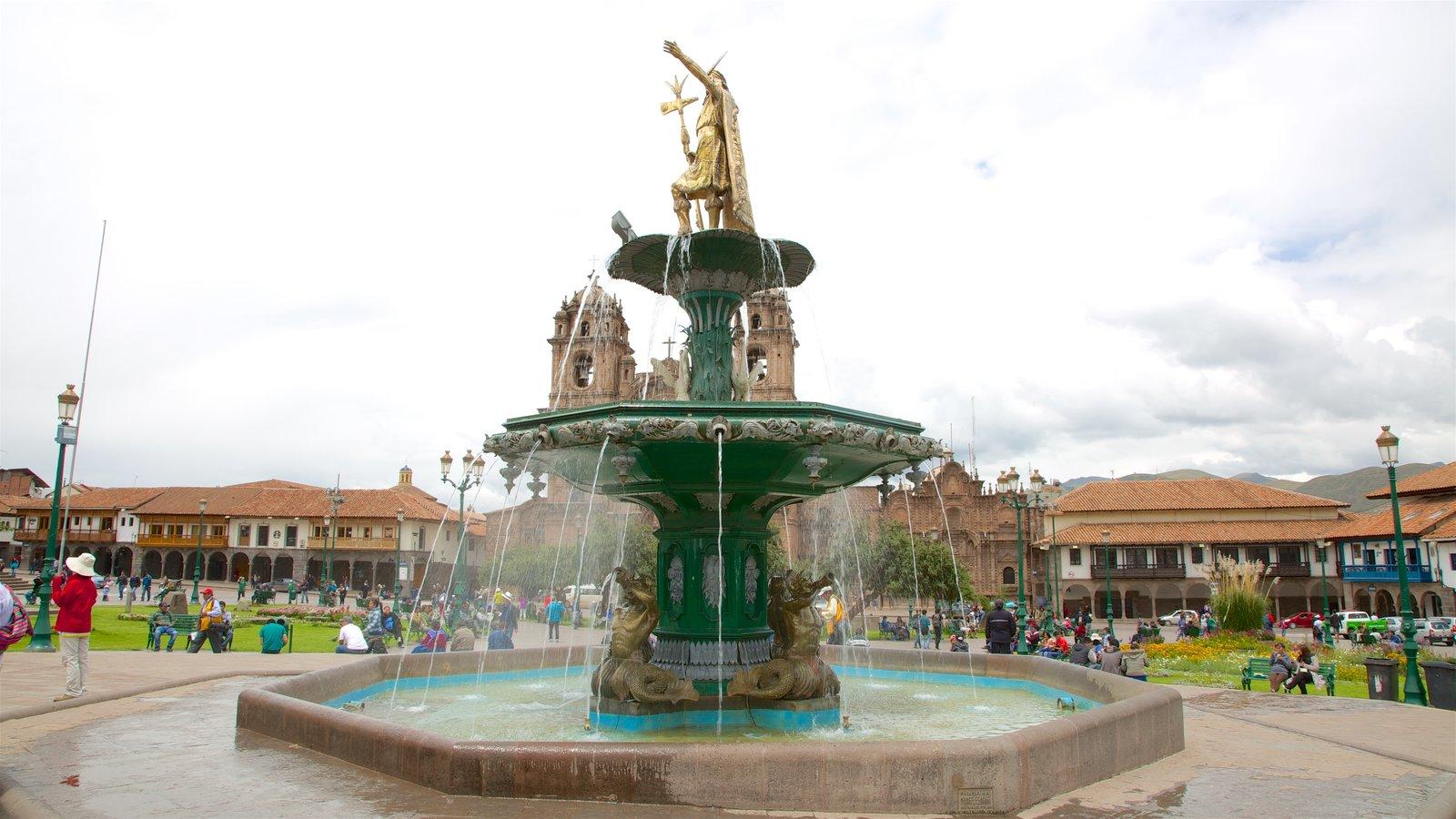 Plaza de Armas caracterizando elementos de patrimônio, uma fonte e um jardim