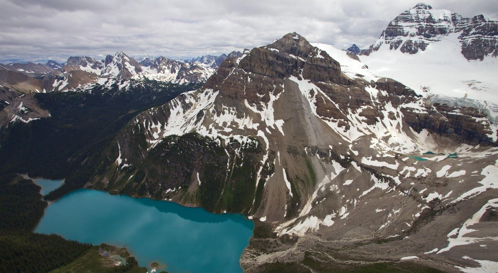 Calgary que incluye montañas, nieve y un río o arroyo