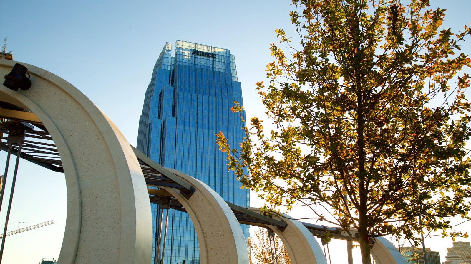 Riverfront Park ofreciendo una puesta de sol y un edificio de gran altura