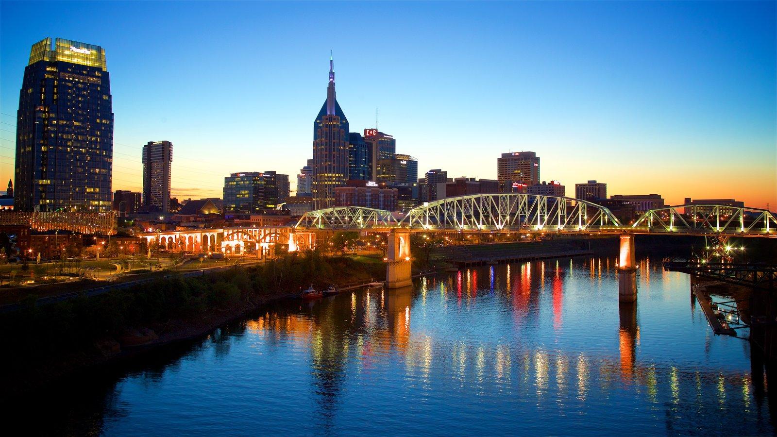 Nashville que incluye un puente, una puesta de sol y una ciudad