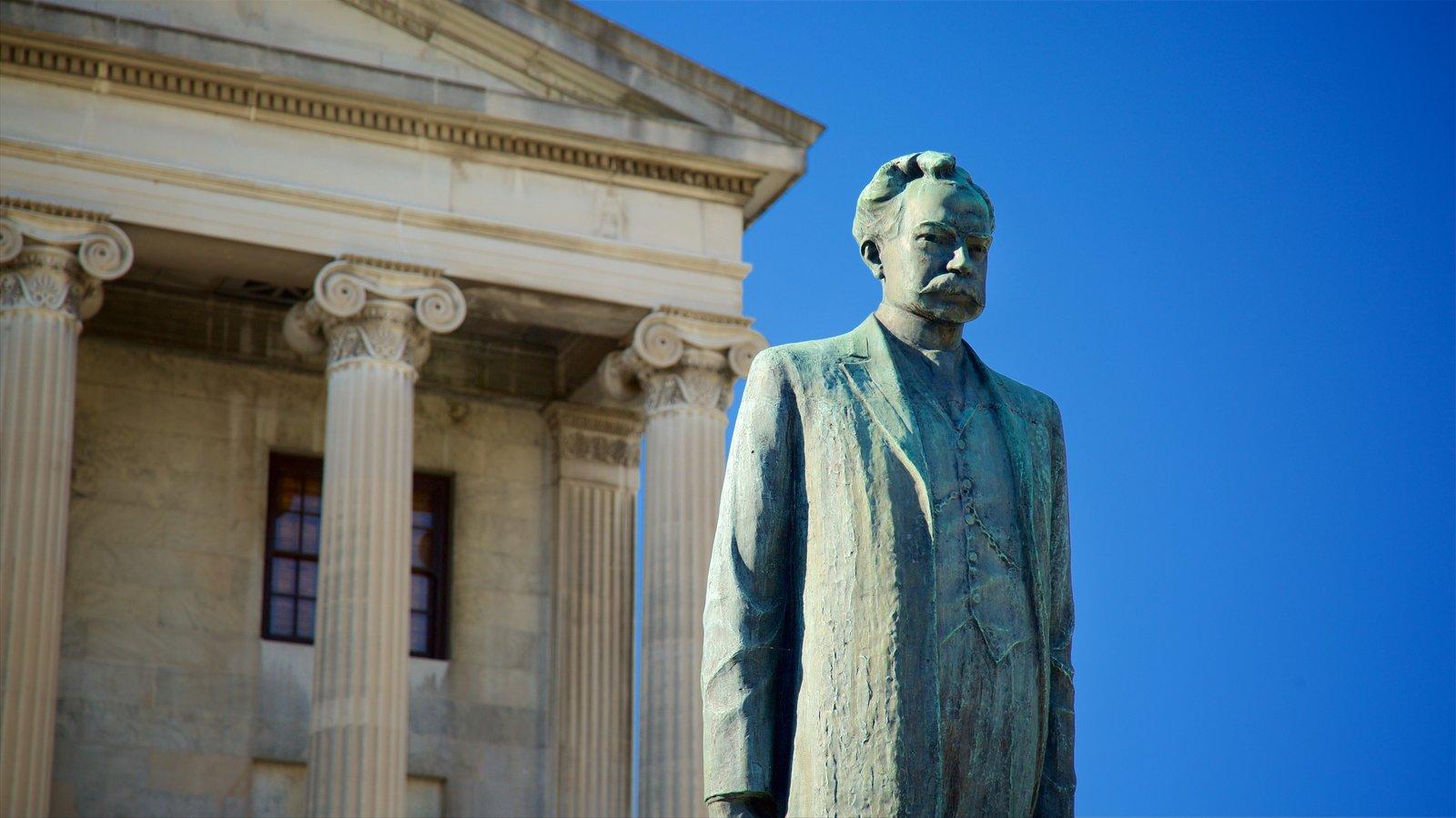 Tennessee State Capitol que incluye elementos del patrimonio y una estatua o escultura