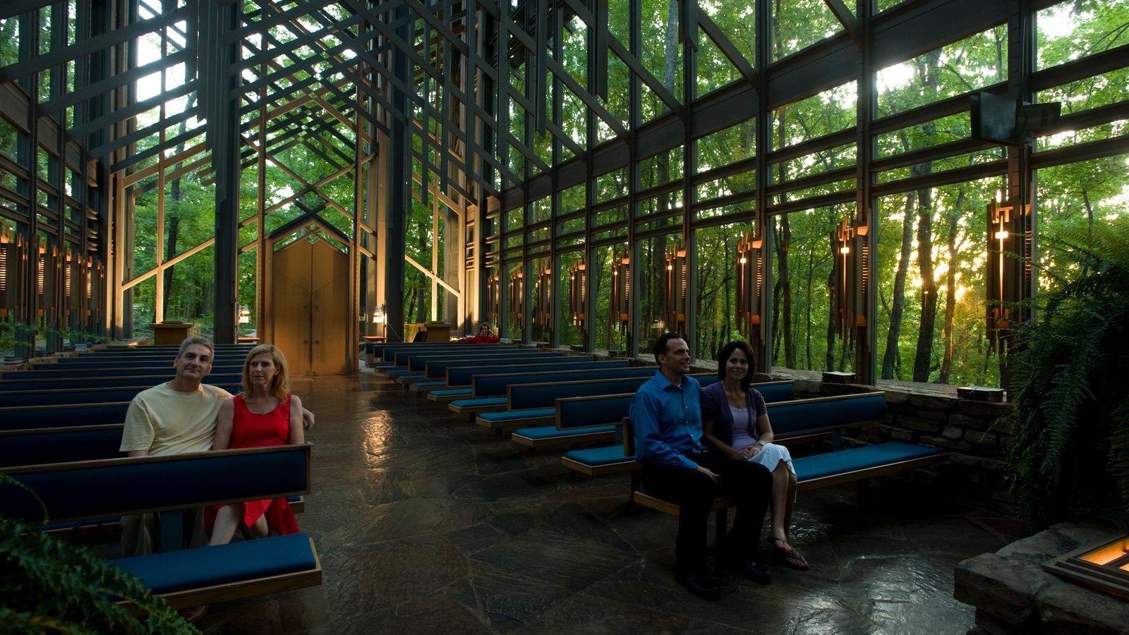 Thorncrown Chapel que inclui arquitetura moderna e vistas internas assim como um pequeno grupo de pessoas