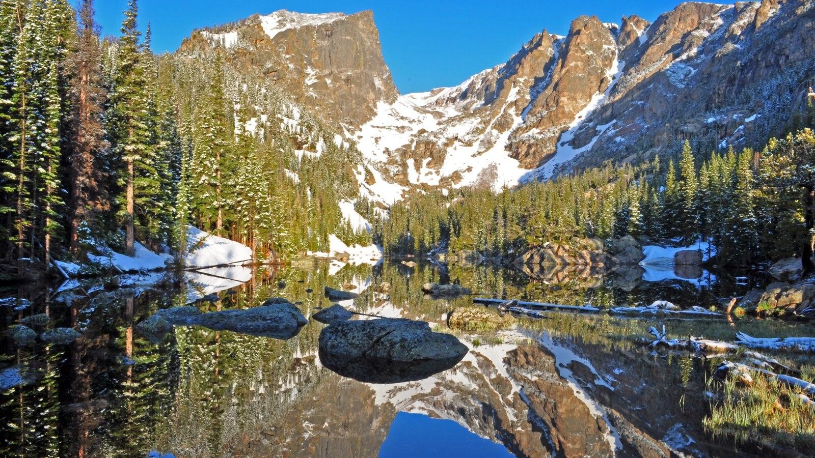 Rocky Mountain National Park caracterizando um lago ou charco, cenas tranquilas e neve