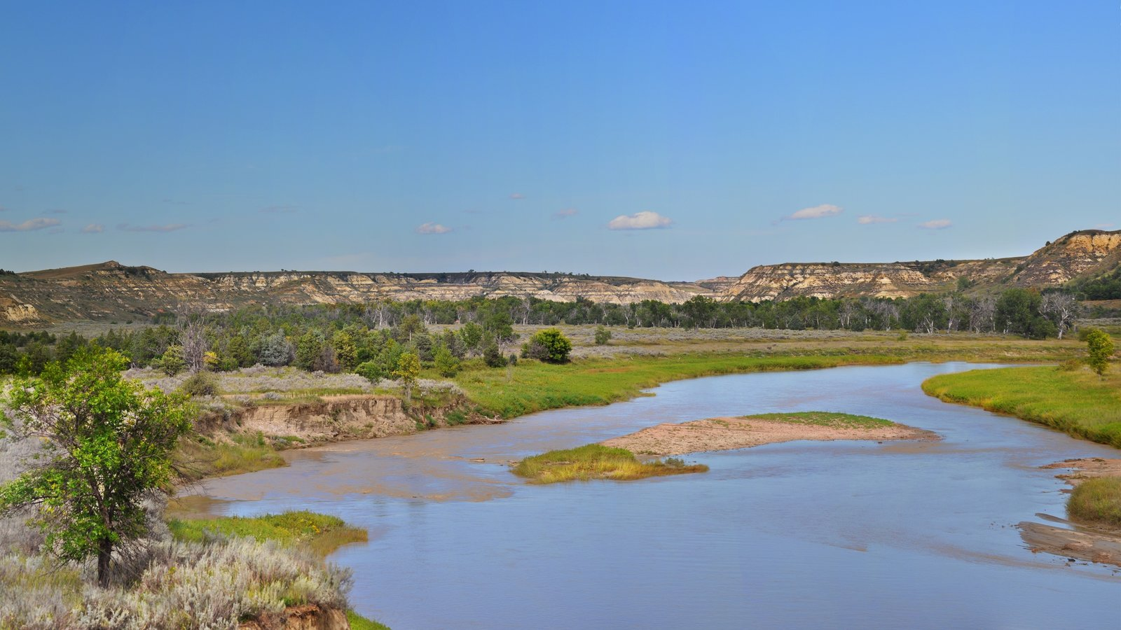 Parque Nacional de Theodore Roosevelt que inclui um rio ou córrego, paisagem e cenas tranquilas