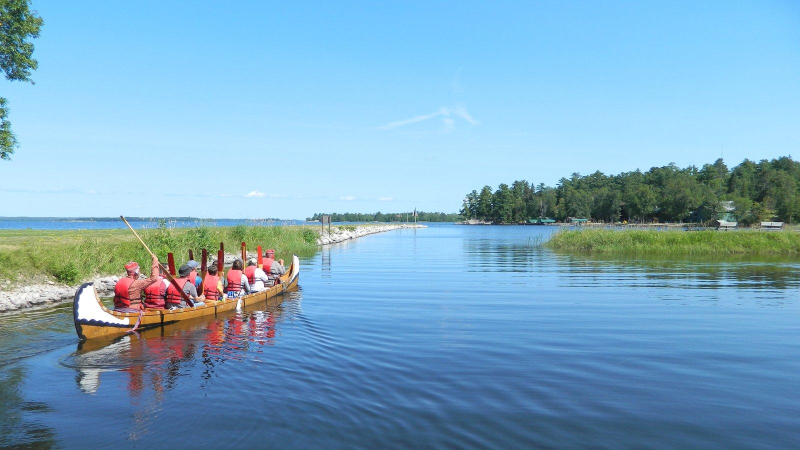 Voyageurs National Park caracterizando pântano e caiaque ou canoagem assim como um pequeno grupo de pessoas