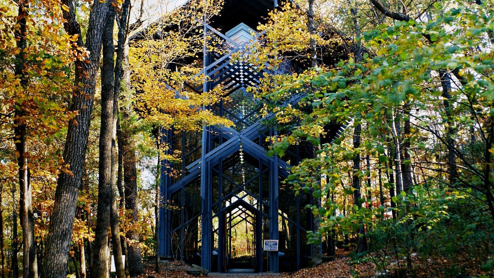 Thorncrown Chapel caracterizando arquitetura moderna, cenas de floresta e cores do outono