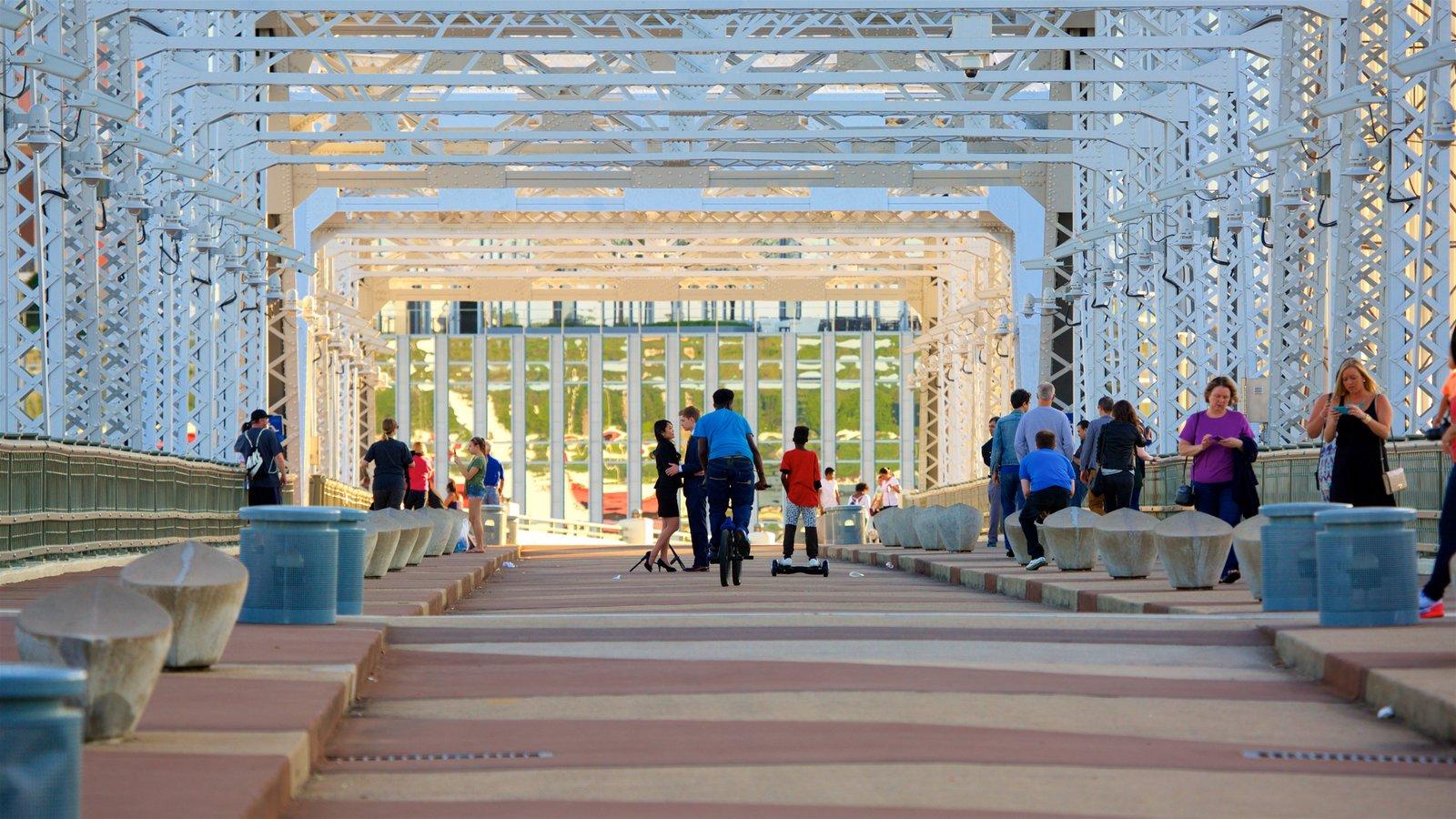 Cumberland Park ofreciendo senderismo o caminata y un puente y también un pequeño grupo de personas