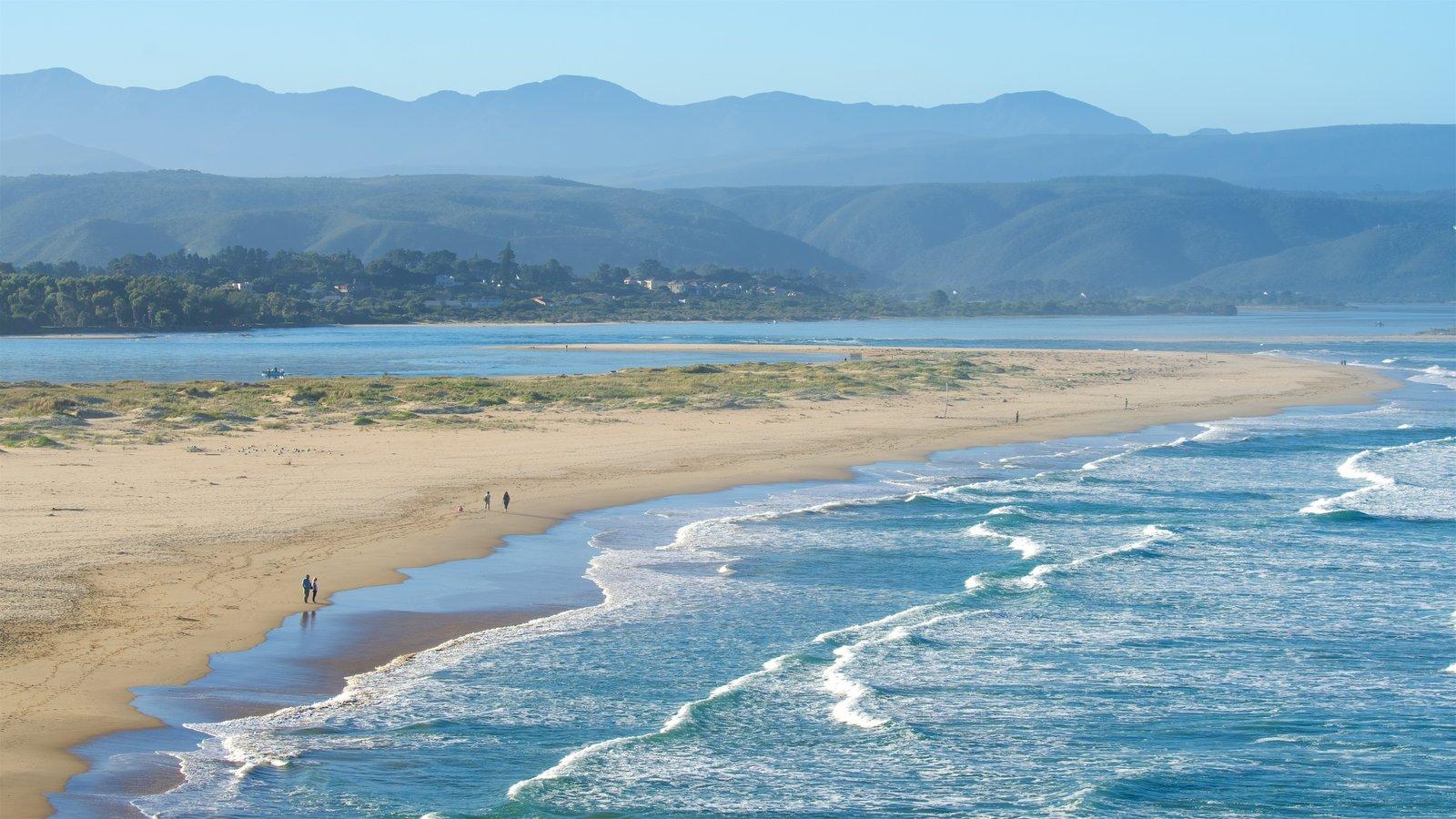 Plettenberg Bay mostrando una playa, olas y escenas tranquilas