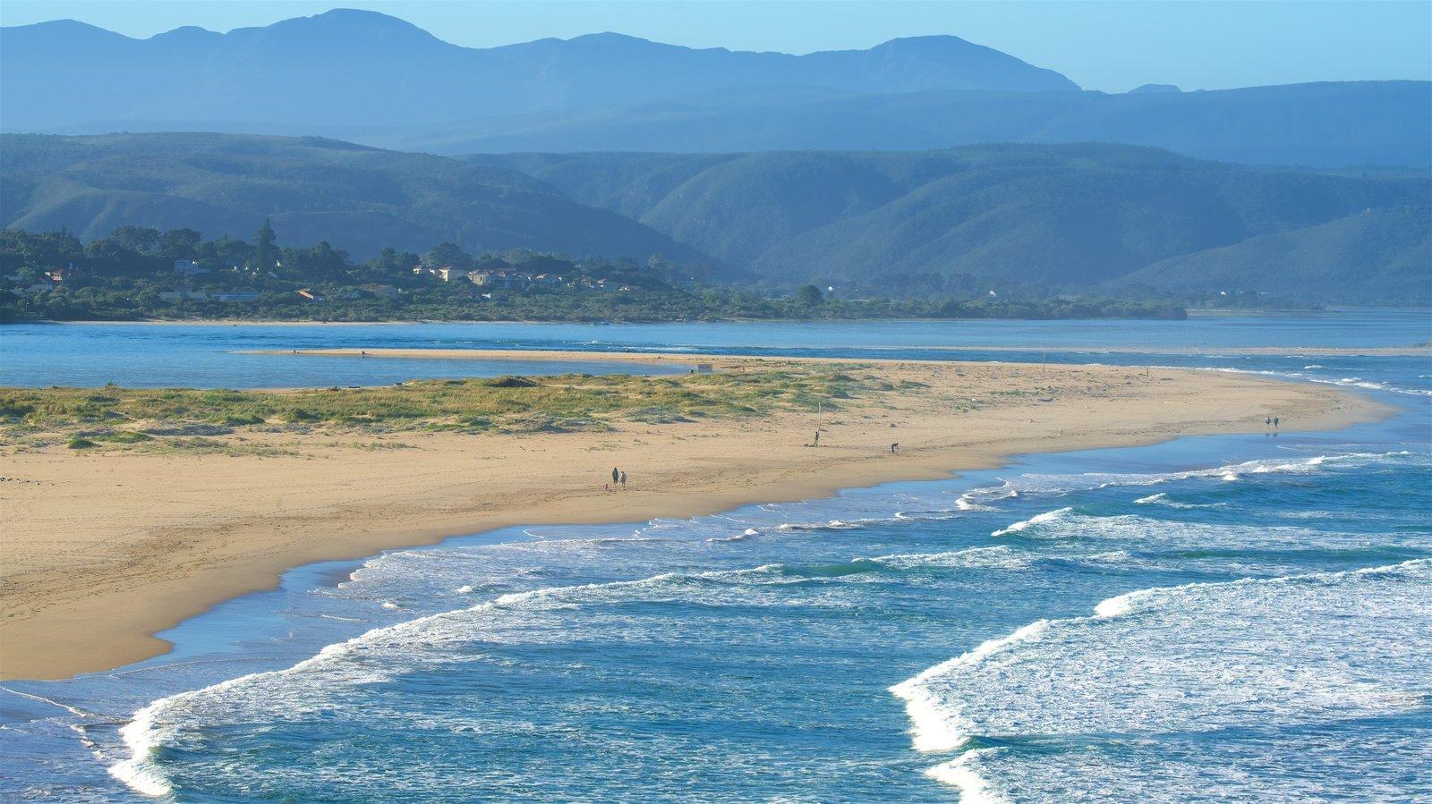 Plettenberg Bay que incluye una playa de arena, vistas generales de la costa y escenas tranquilas