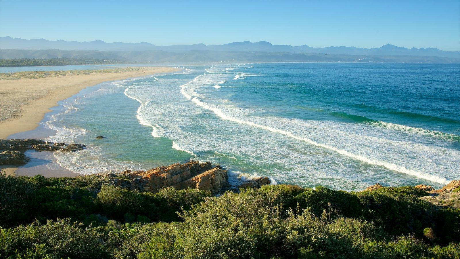 Plettenberg Bay que incluye olas, vistas generales de la costa y una playa de arena
