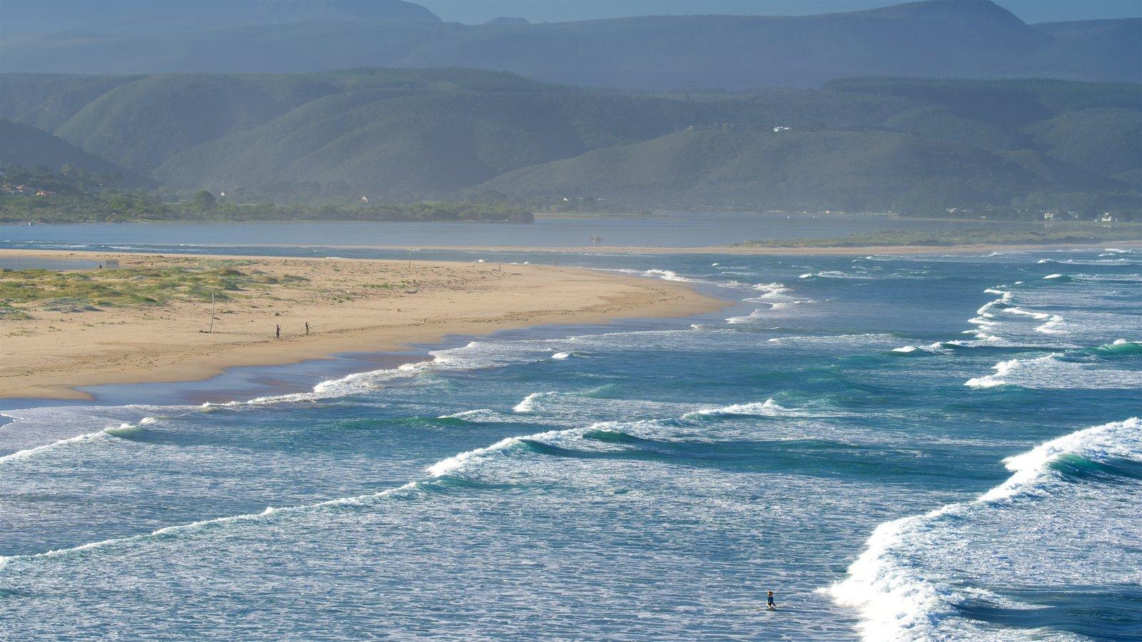 Plettenberg Bay ofreciendo una playa de arena, vistas generales de la costa y vistas de paisajes