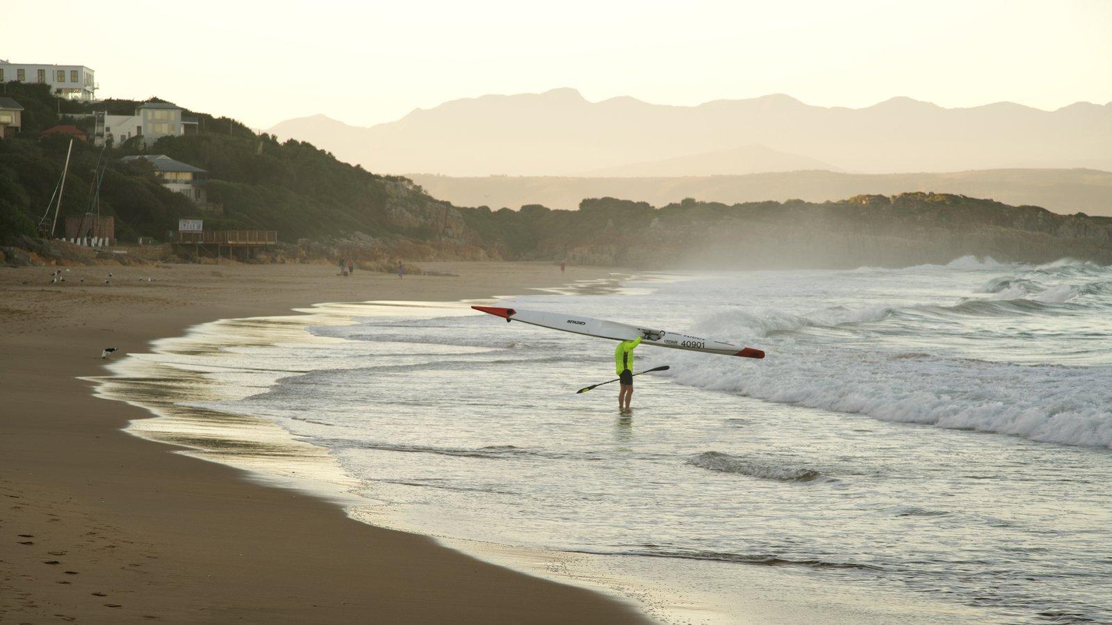 Playa de Plettenberg Bay mostrando kayak o canoa, surf y una playa de arena