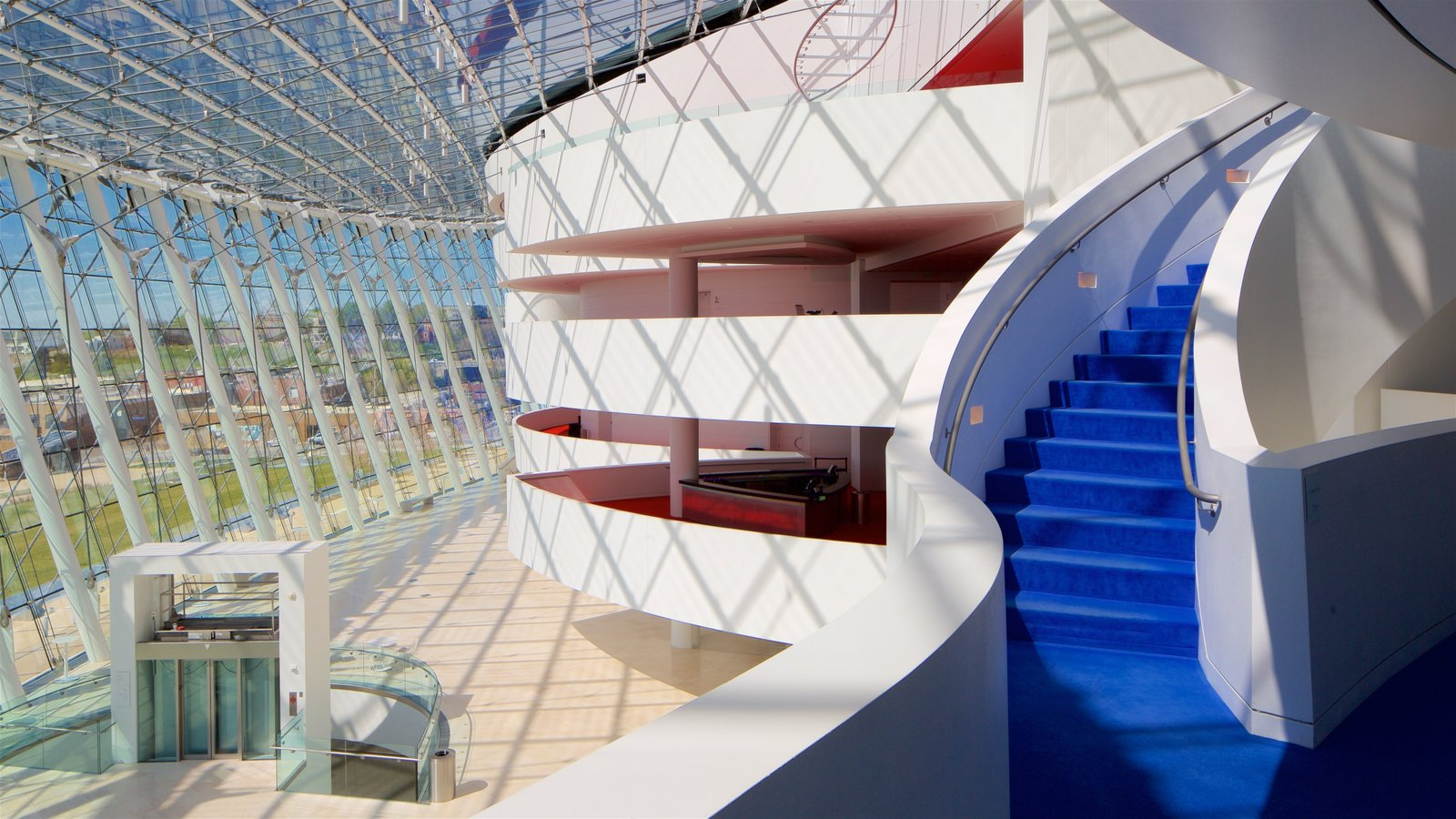 Kauffman Center for the Performing Arts que incluye vistas interiores y arquitectura moderna