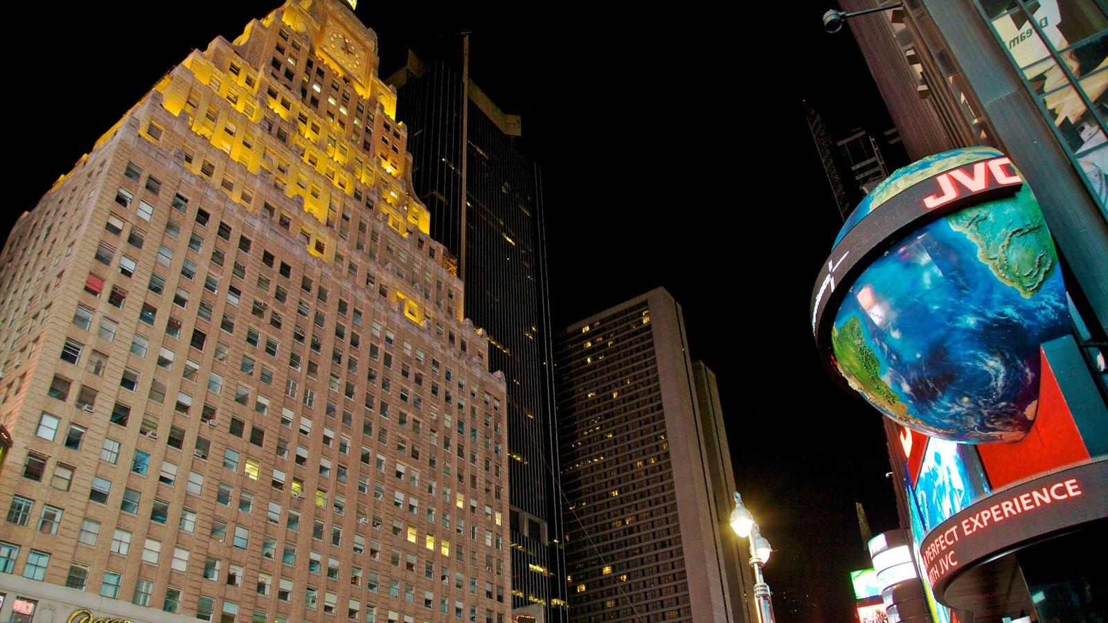 Times Square que inclui uma cidade, um arranha-céu e cenas noturnas