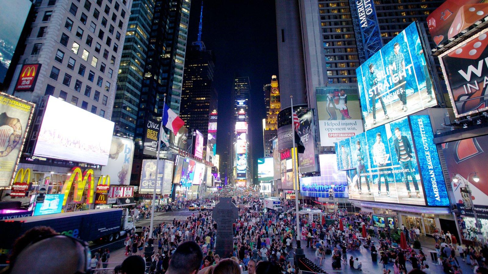 Times Square caracterizando cenas de rua, uma praça ou plaza e cenas noturnas