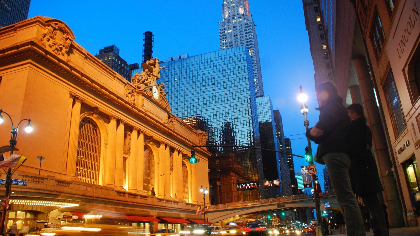 Grand Central Terminal mostrando vistas a la ciudad, patrimonio de arquitectura y escenas nocturnas