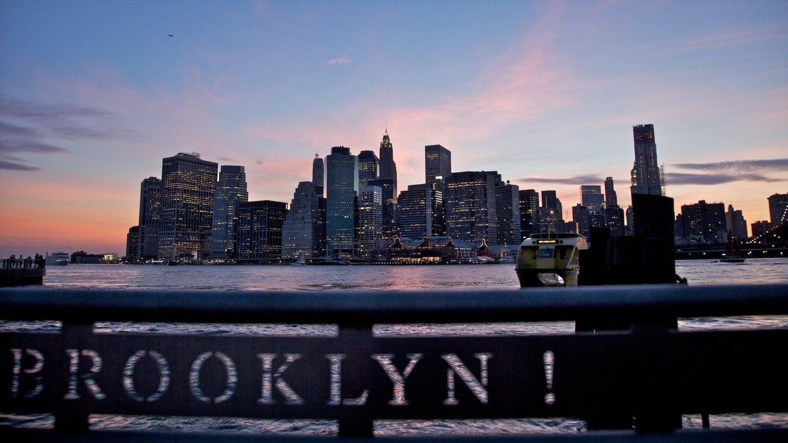Brooklyn ofreciendo señalización, una ciudad y una bahía o puerto