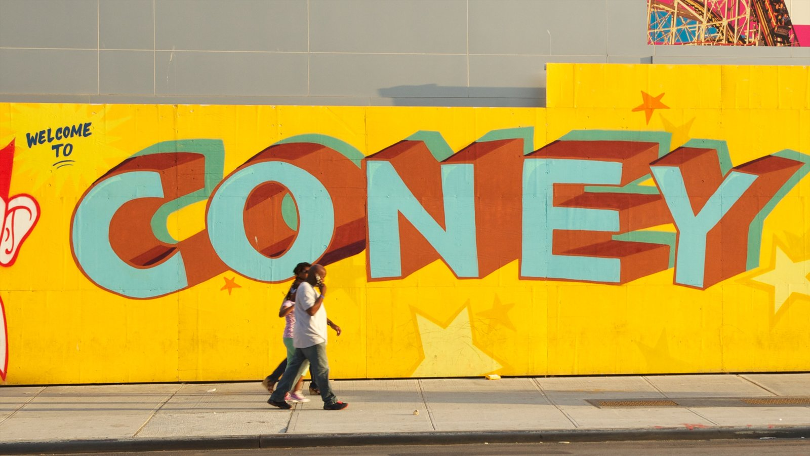 Coney Island caracterizando cenas de rua e sinalização assim como um casal