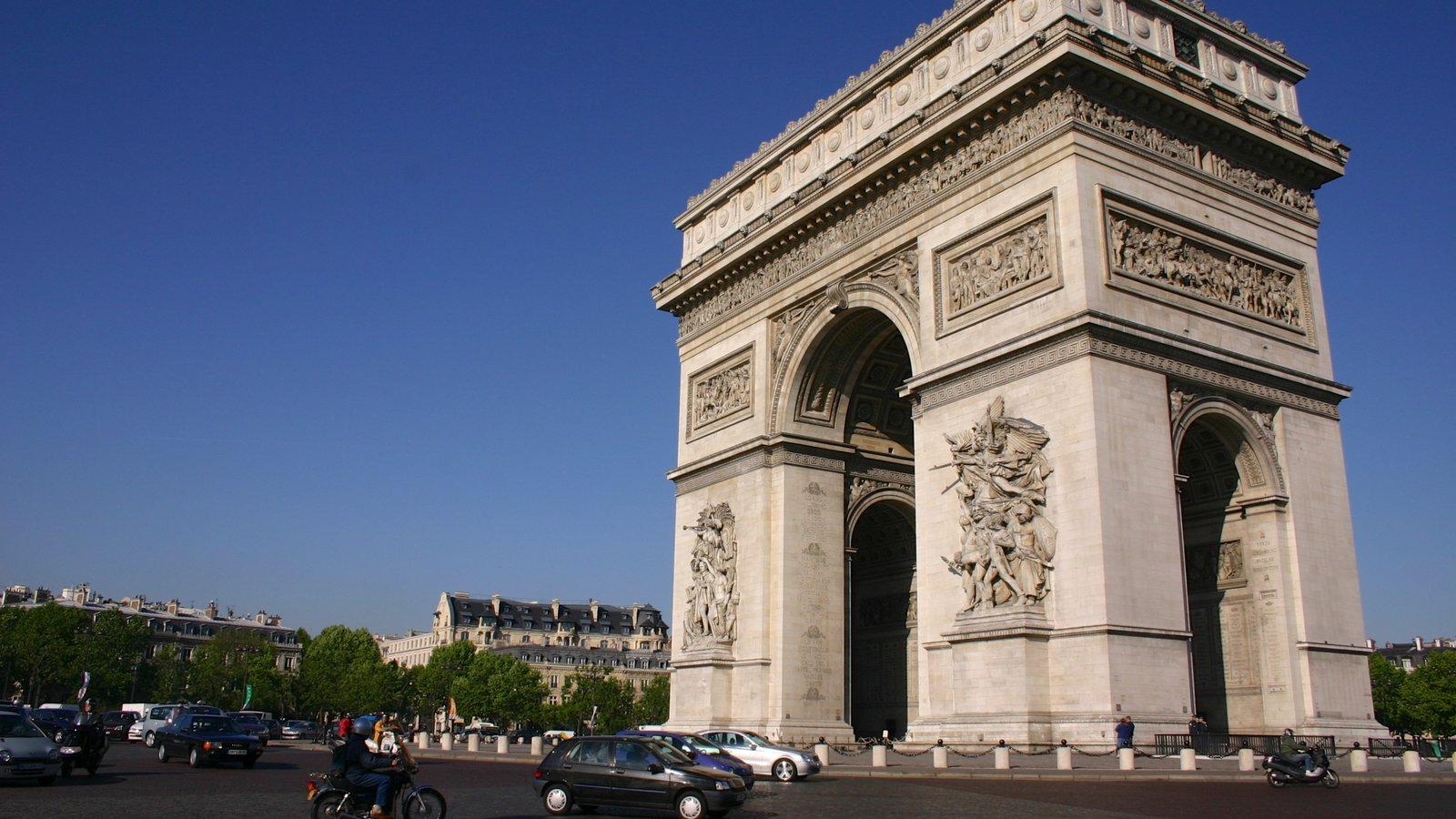 Arco do Triunfo mostrando uma cidade, linha do horizonte e um monumento