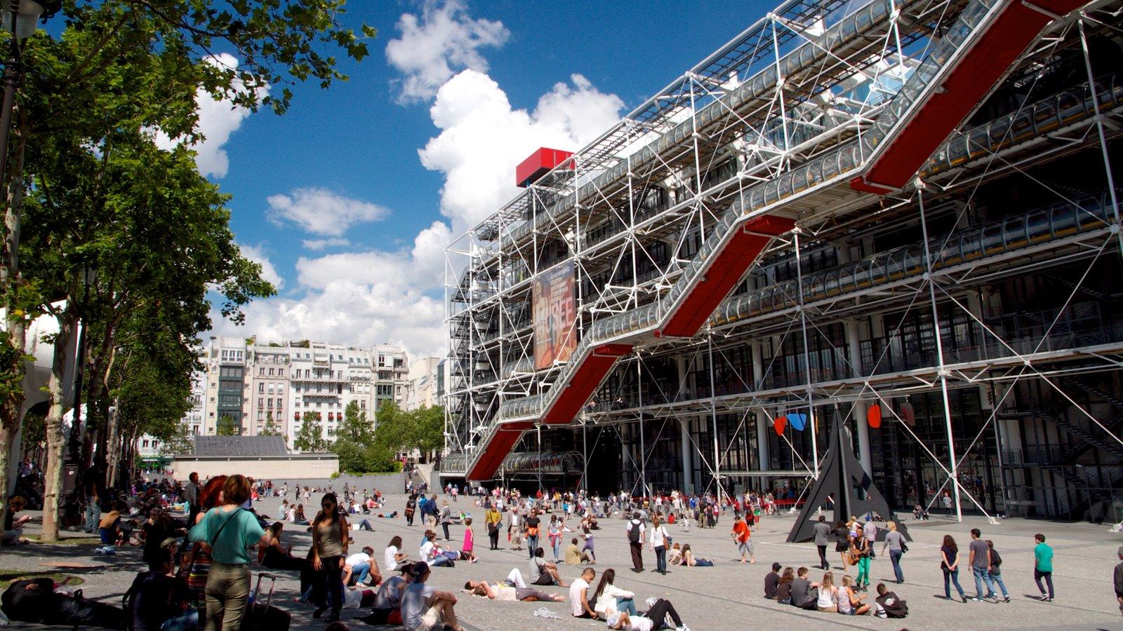 Museo Georges Pompidou mostrando un parque o plaza y una ciudad y también un gran grupo de personas