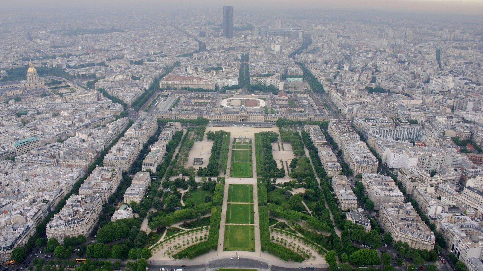 Torre Eiffel caracterizando um jardim e uma cidade