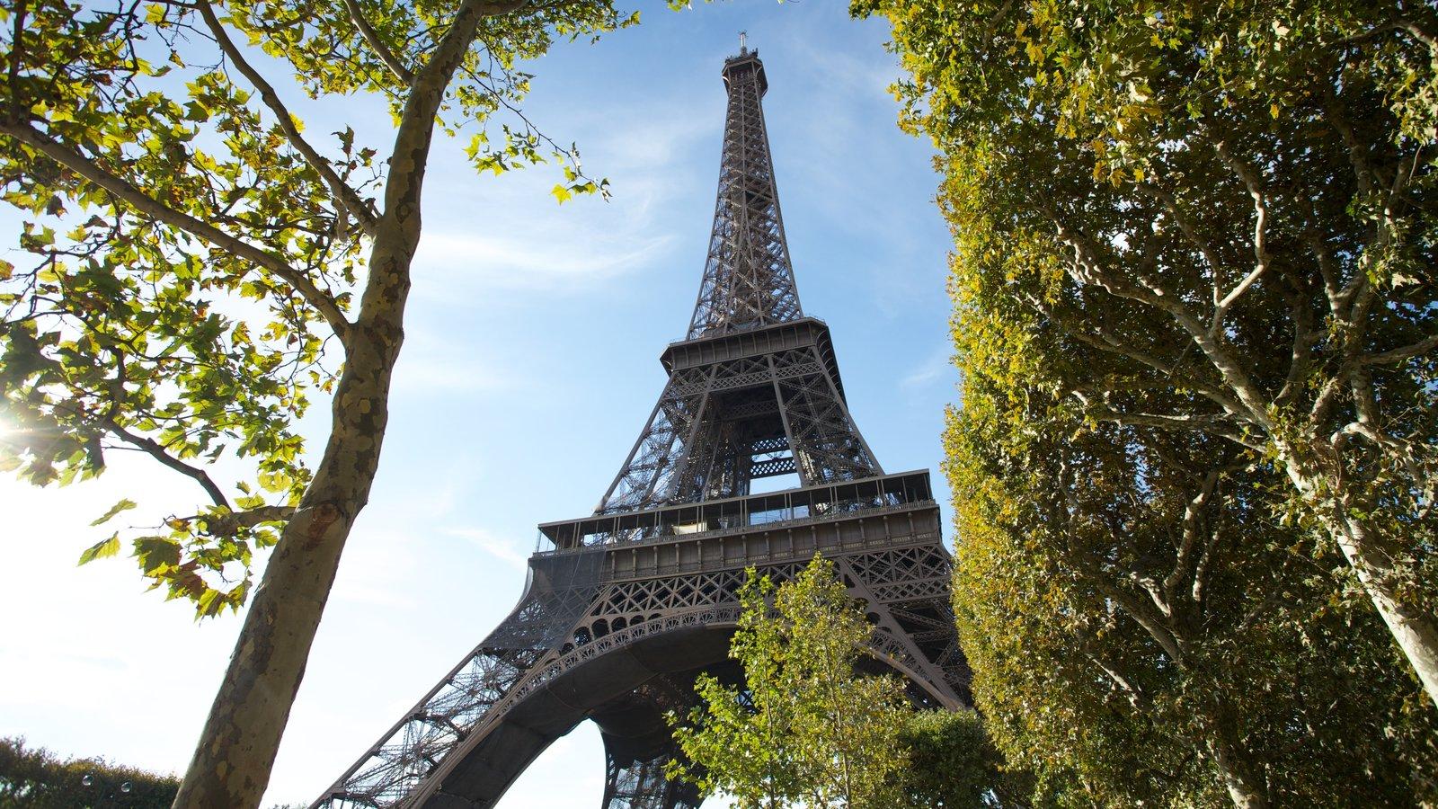 Torre Eiffel caracterizando um monumento, uma cidade e arquitetura de patrimônio