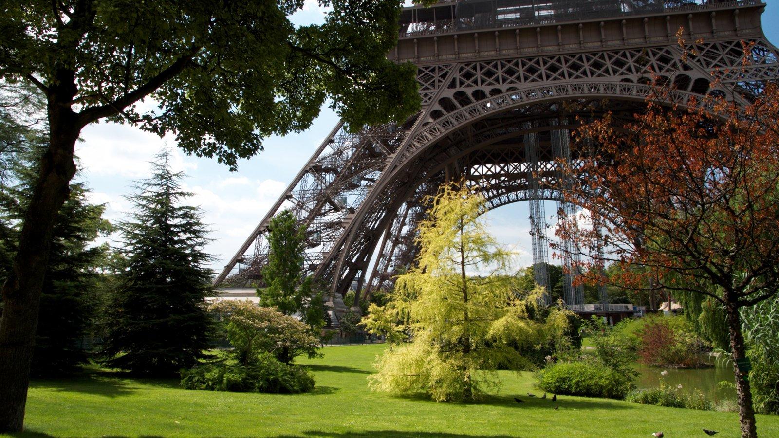 Torre Eiffel mostrando um jardim e um monumento
