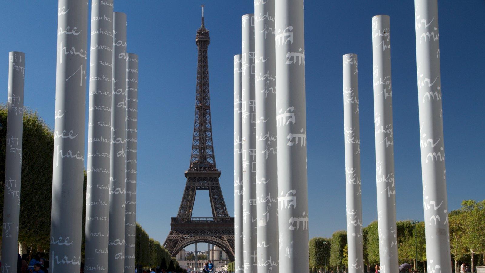 Torre Eiffel mostrando linha do horizonte, um monumento e arte