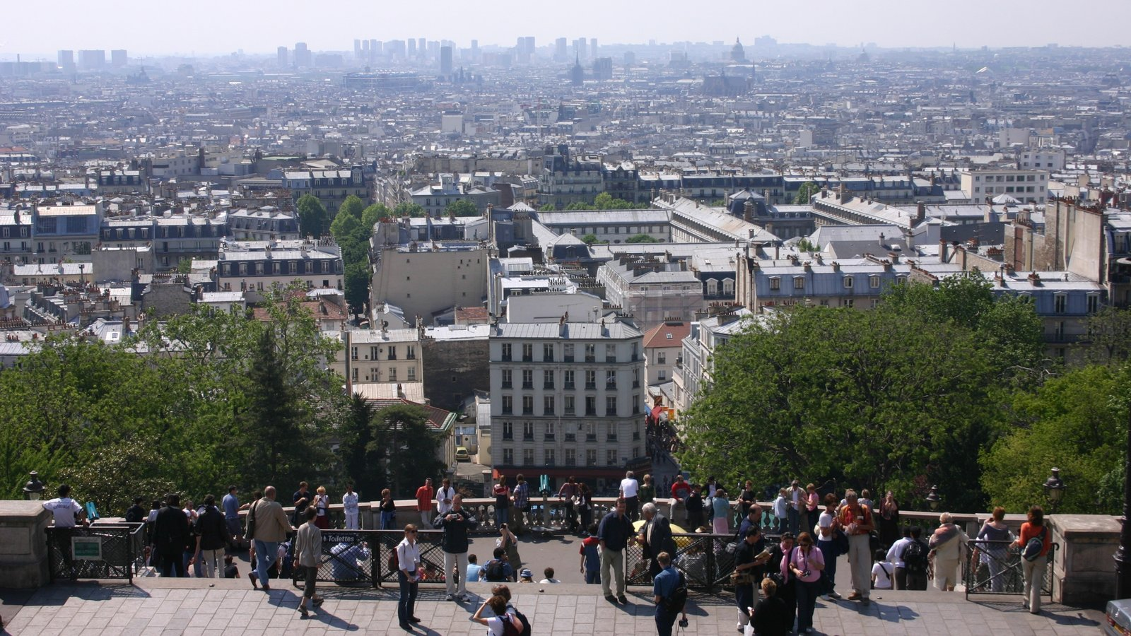 Montmartre caracterizando um edifício, paisagens e linha do horizonte