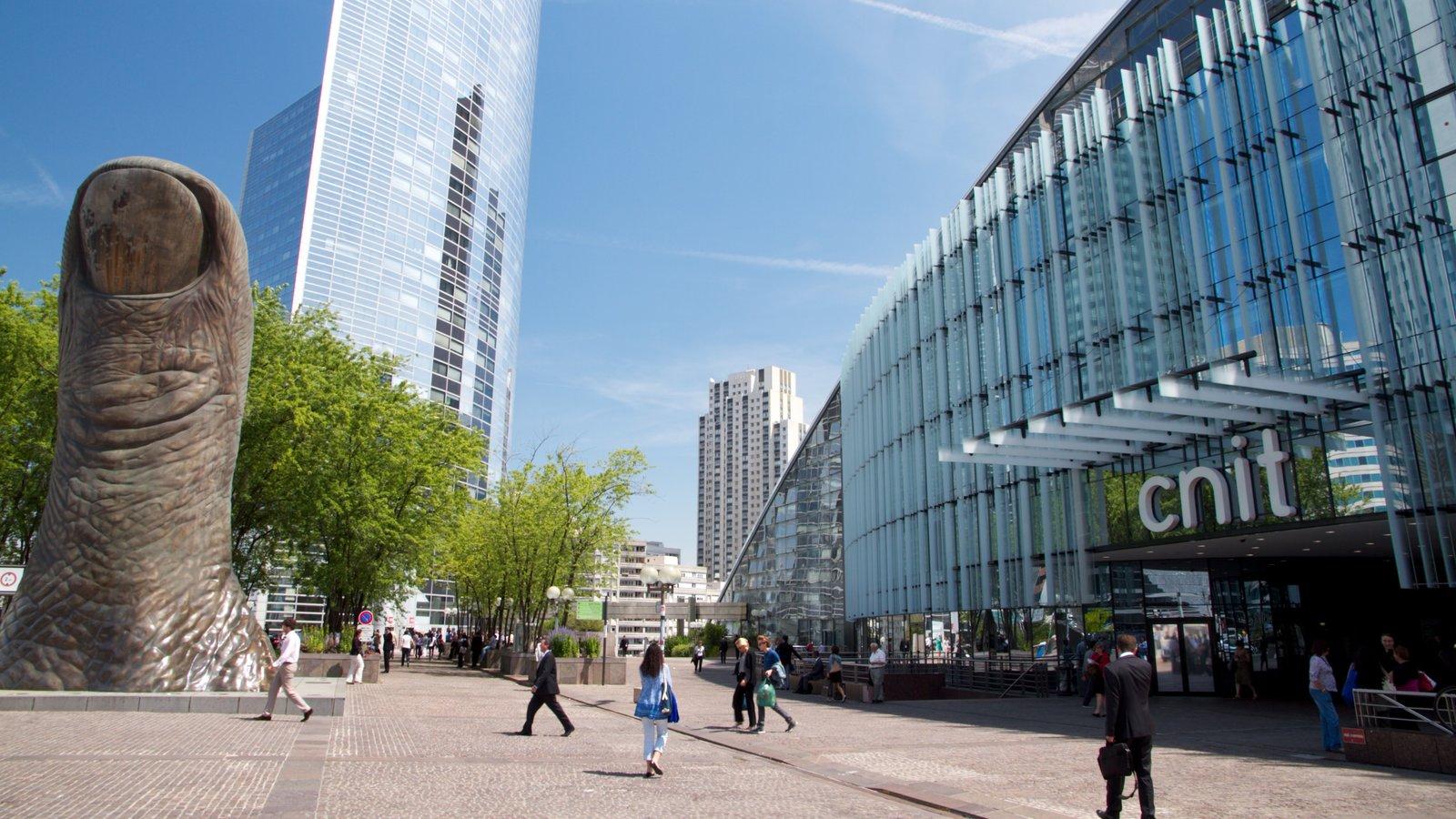 La Defense mostrando um edifício, uma cidade e arquitetura moderna