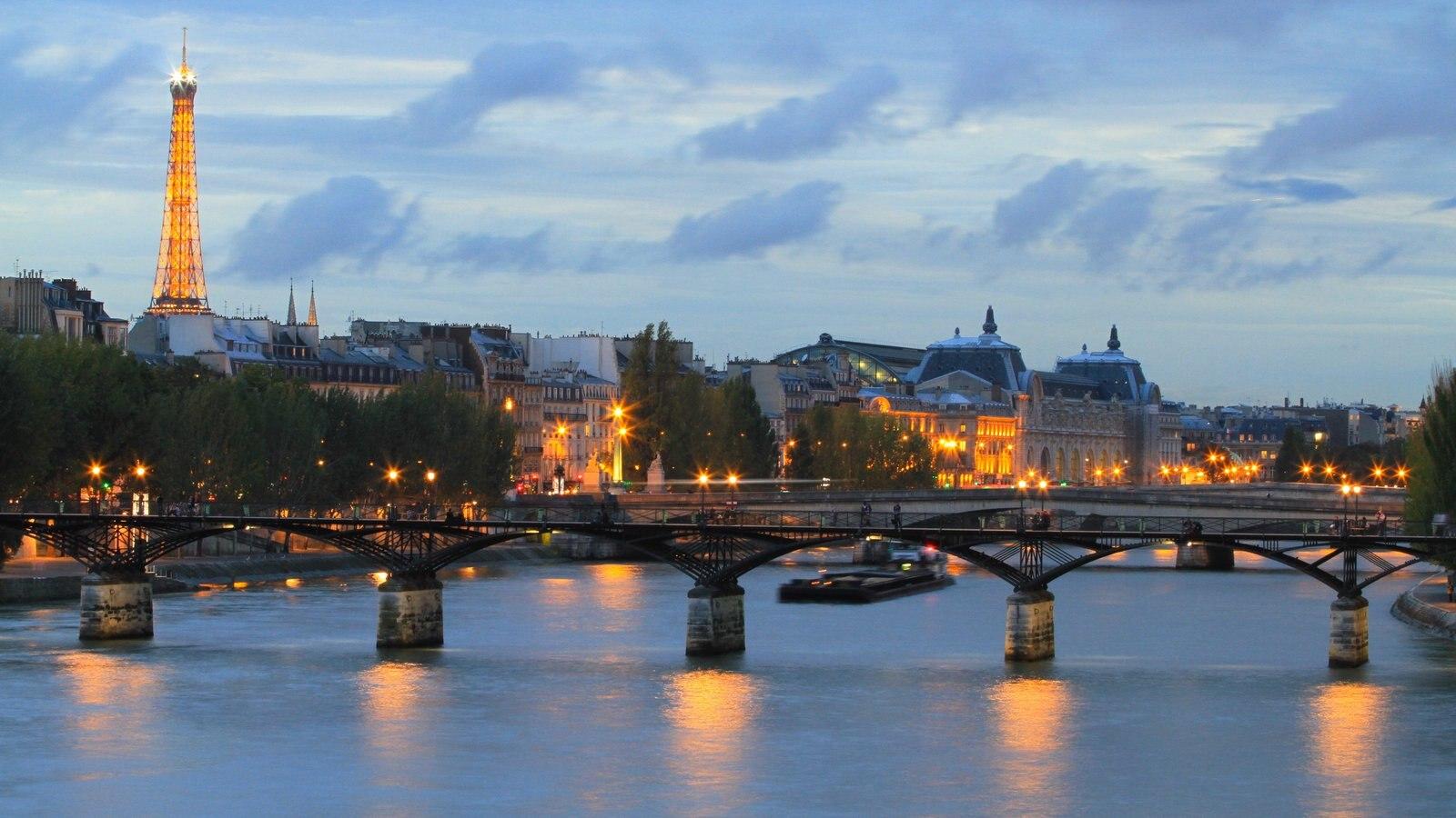 Paris mostrando um rio ou córrego, uma cidade e uma ponte