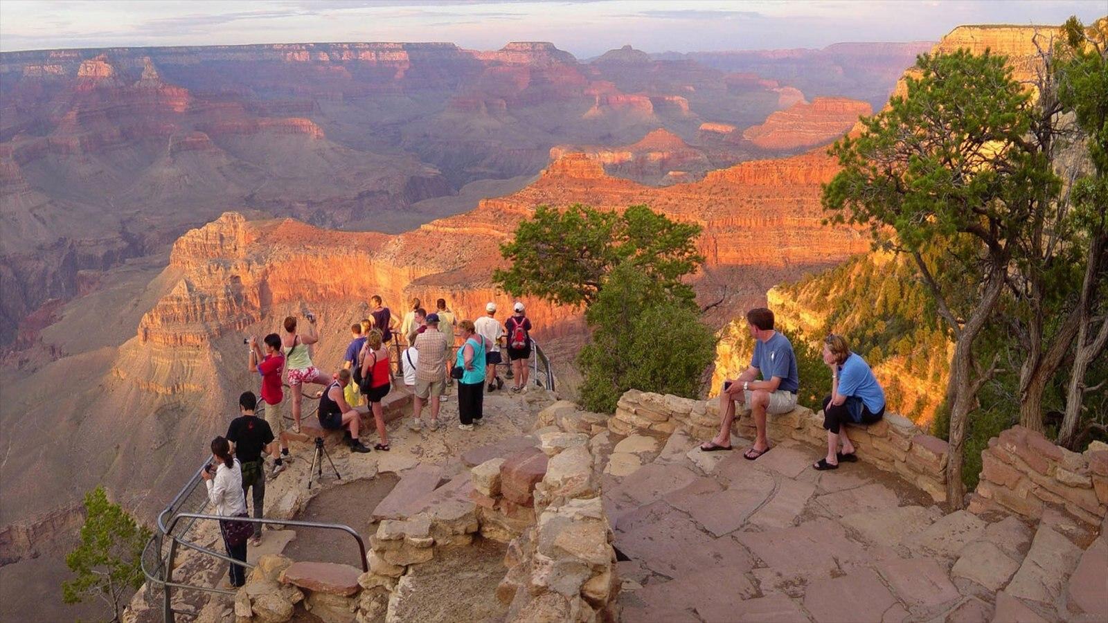 Grand Canyon caracterizando um desfiladeiro ou canyon, um pôr do sol e paisagem