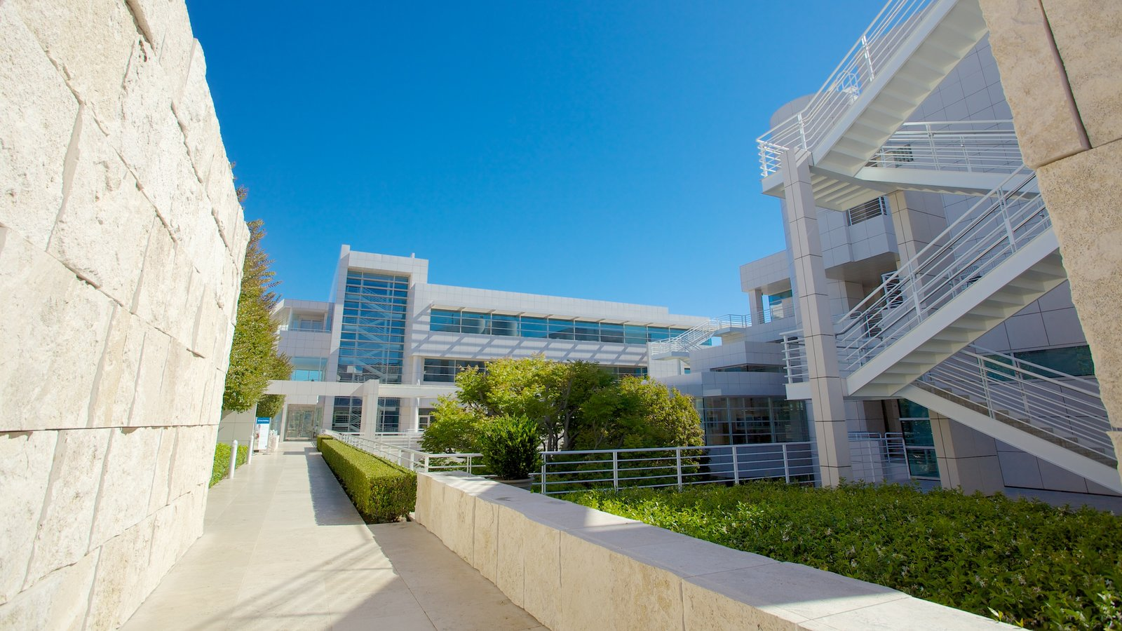 Centro Getty mostrando arquitetura moderna e uma cidade