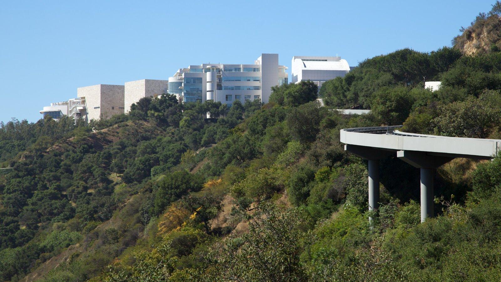 Centro Getty que incluye arquitectura moderna, un puente y una ciudad
