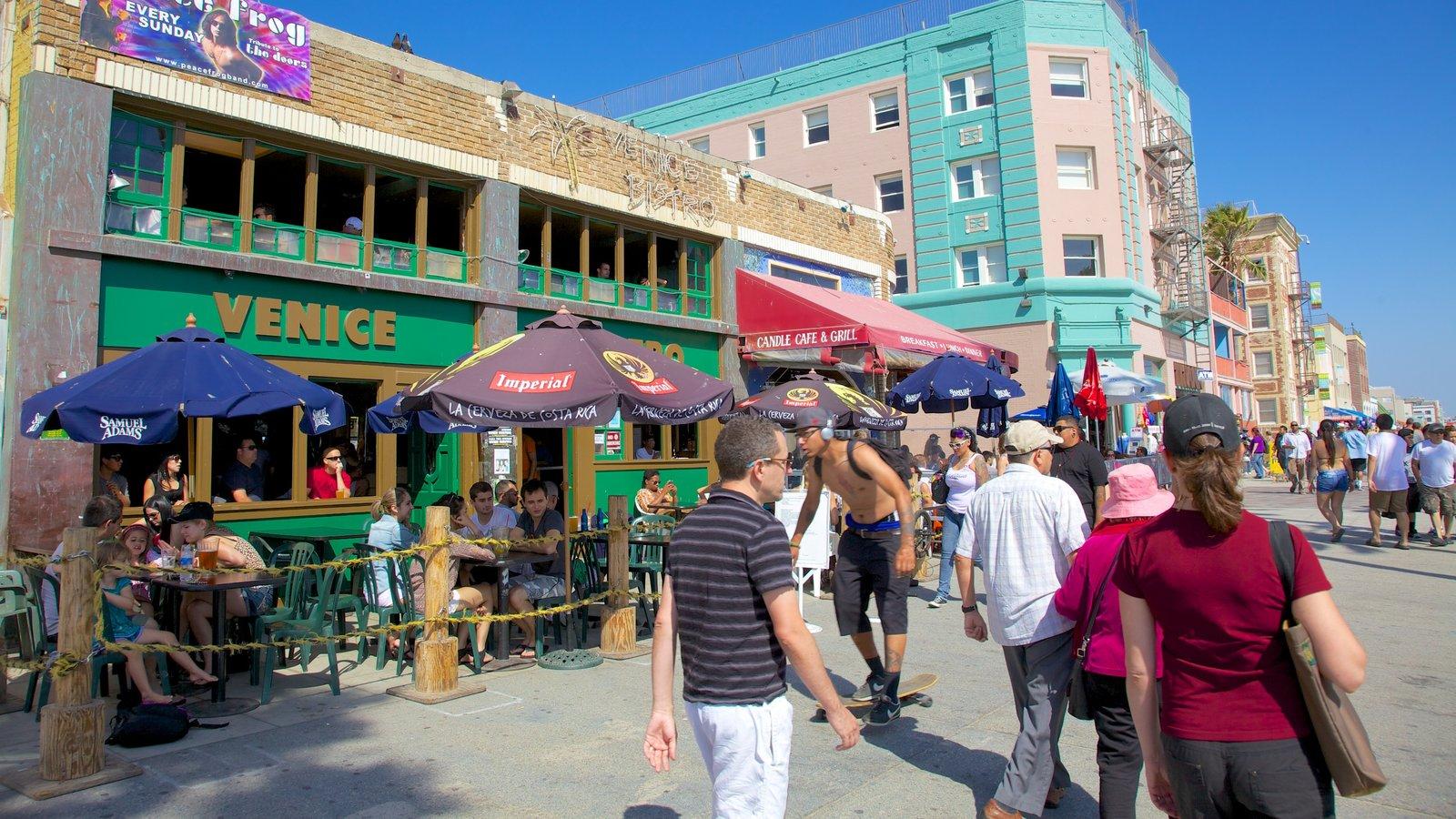Venice Beach que inclui cenas de rua e jantar ao ar livre assim como um grande grupo de pessoas